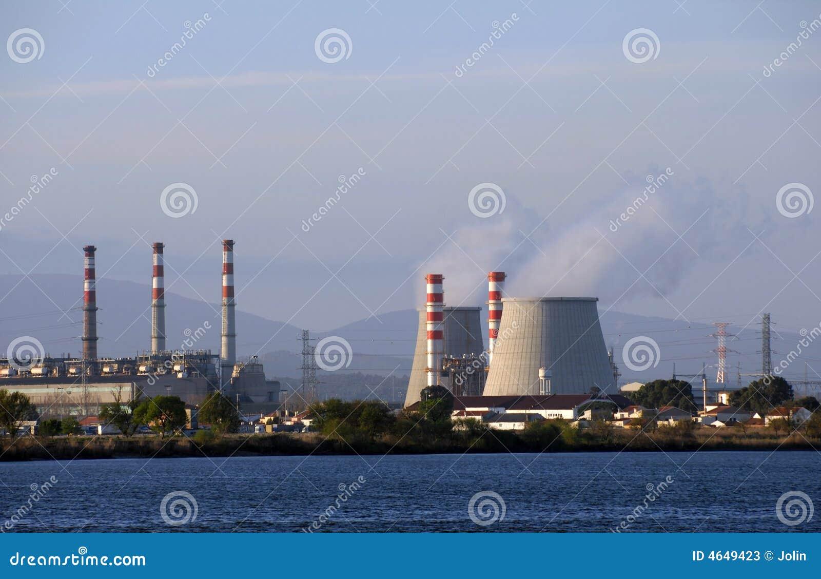 Torres refrigerando da central energética que emitem-se o vapor