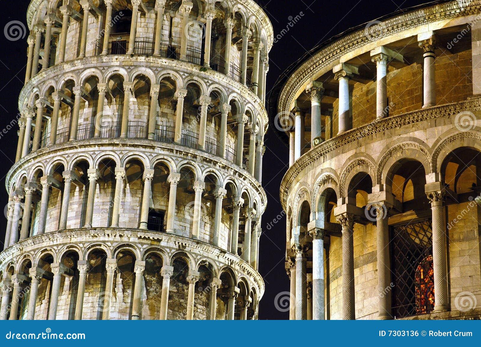 Torretta di inclinzione di Pisa alla notte.