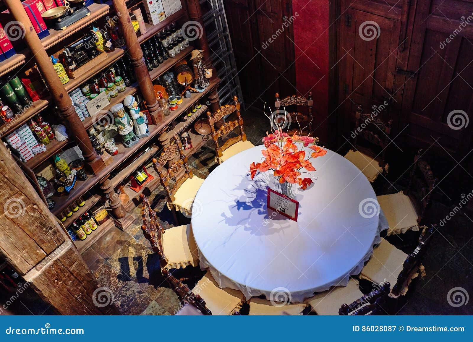 Torrevieja, Spanje - Juli 28, 2015: Het hoogtepunt van de wijnkelder van wijnflessen Restaurant in Torrevieja, Spanje