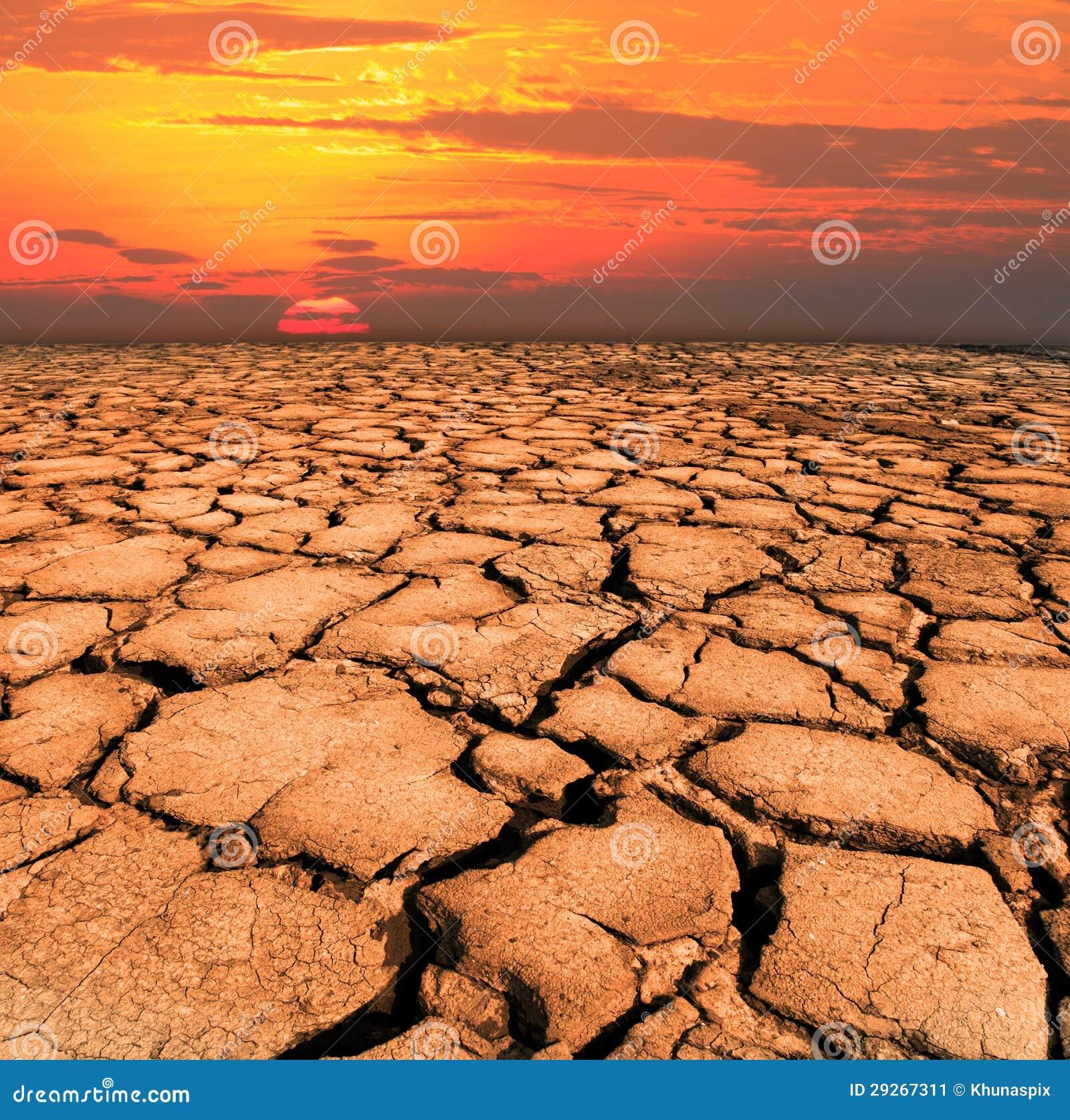 Torrt och knäckt land från naturkatastrof