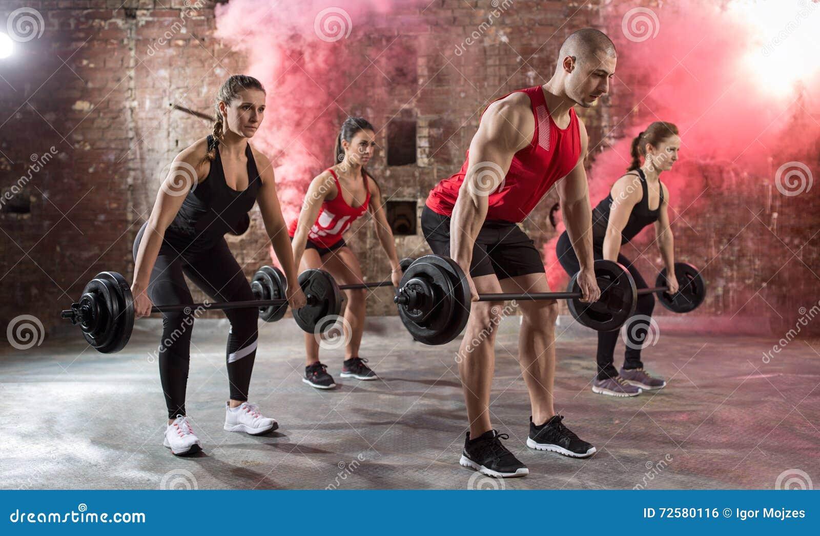 Torso muscular novo do exercício dos halterofilistas