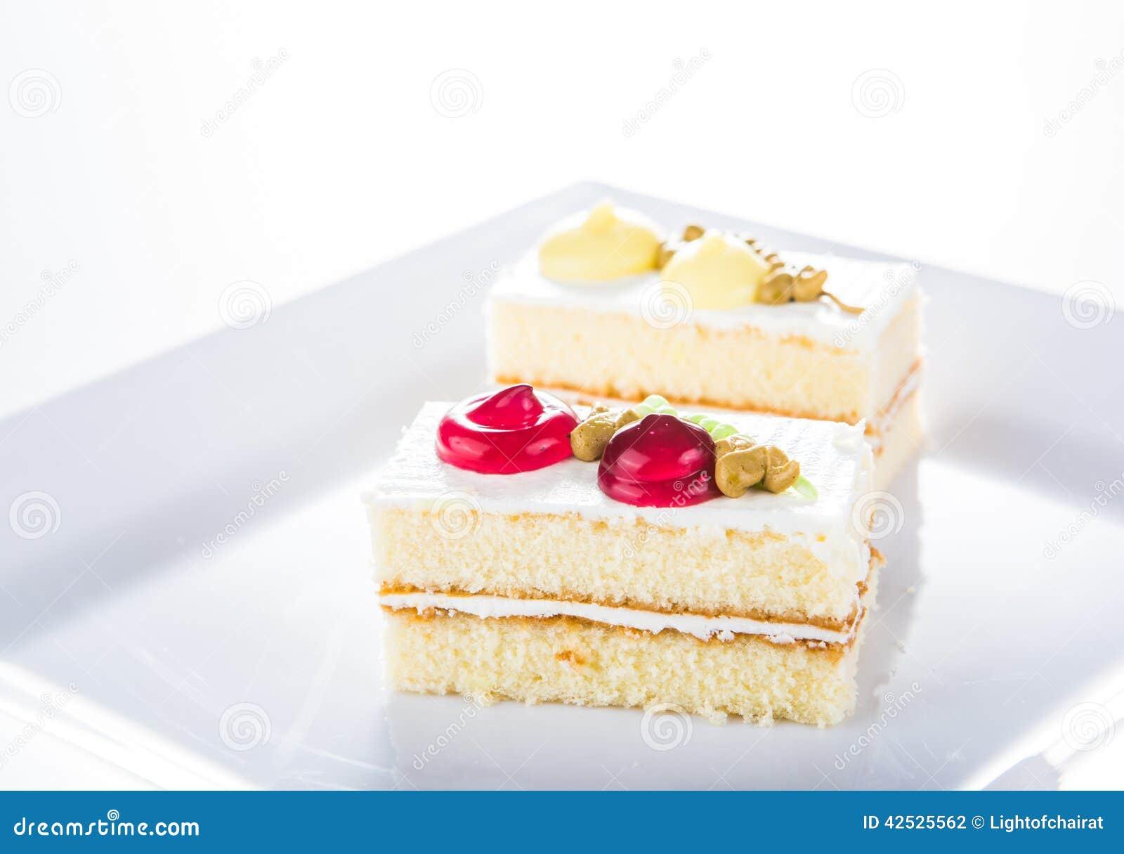 Tort na bielu talerzu, biały tło