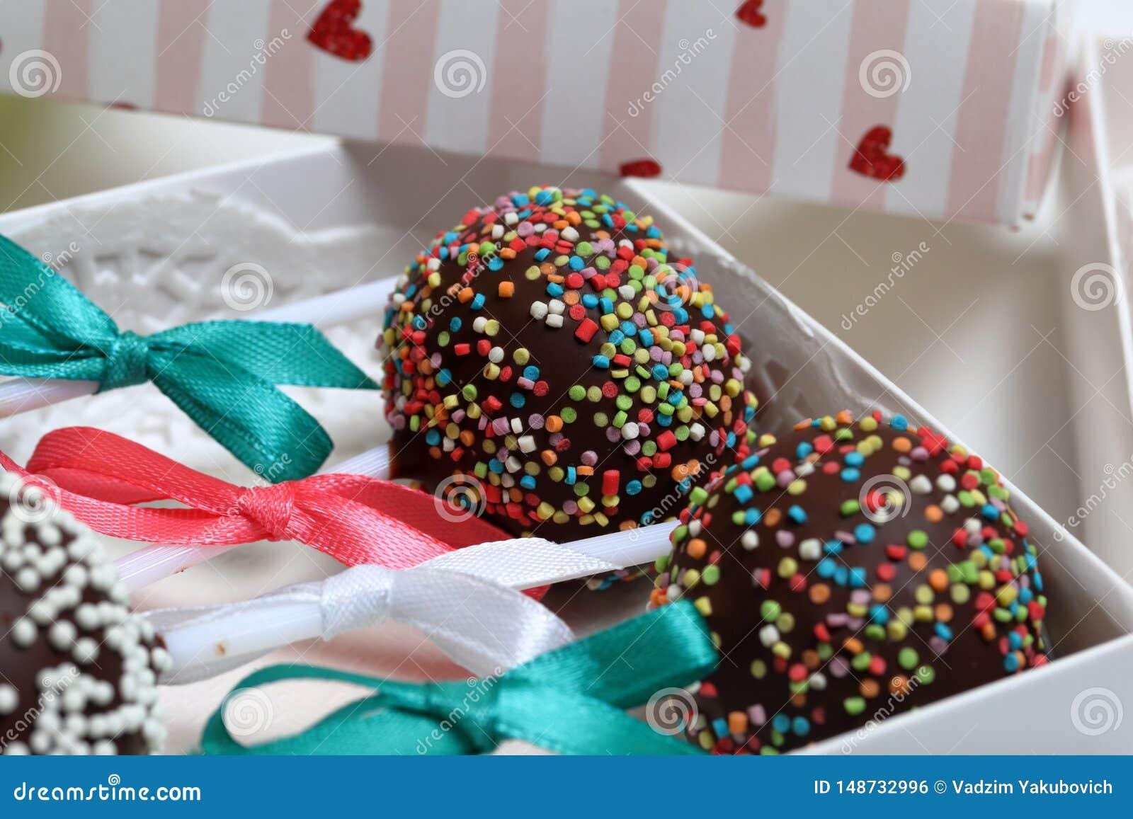 Tort?w wystrza?y dekoruj?cy z ??kiem warkocz, upakowanym w prezenta pude?ku