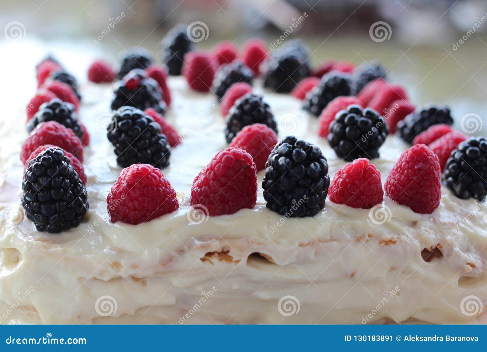 Tort z batożącą białą śmietanką, świeżymi czarnymi jagodami, czernicą i malinką Zamkniętymi w górę,