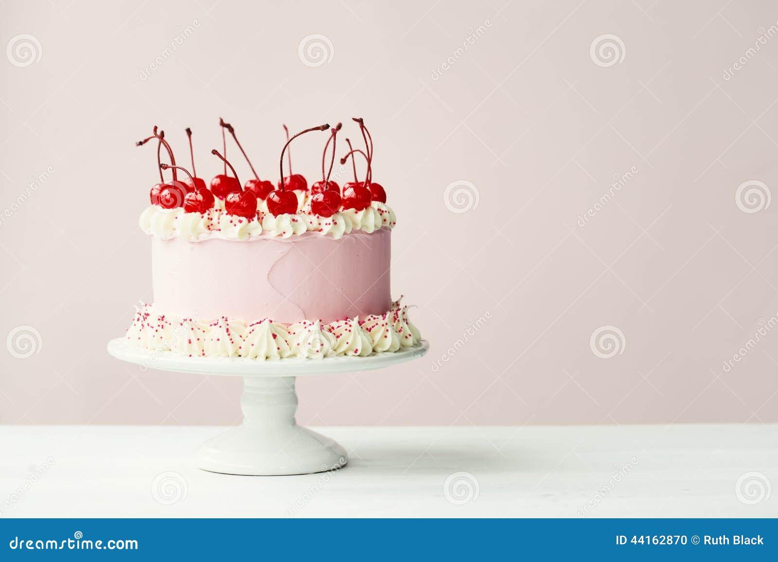 Torta Adornada Con Las Cerezas De Marrasquino Foto de archivo ...