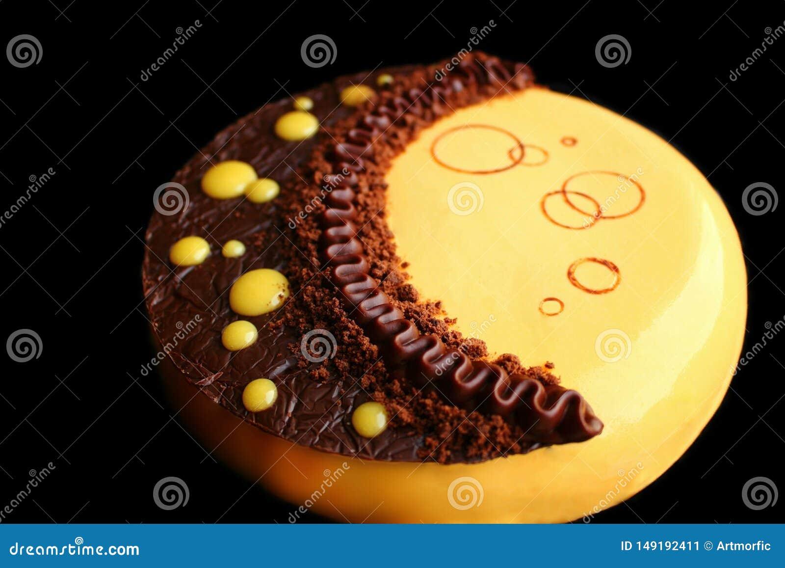 Torta amarilla de la luna con el ganache del chocolate, la crema batida de la calabaza y la decoración del chocolate