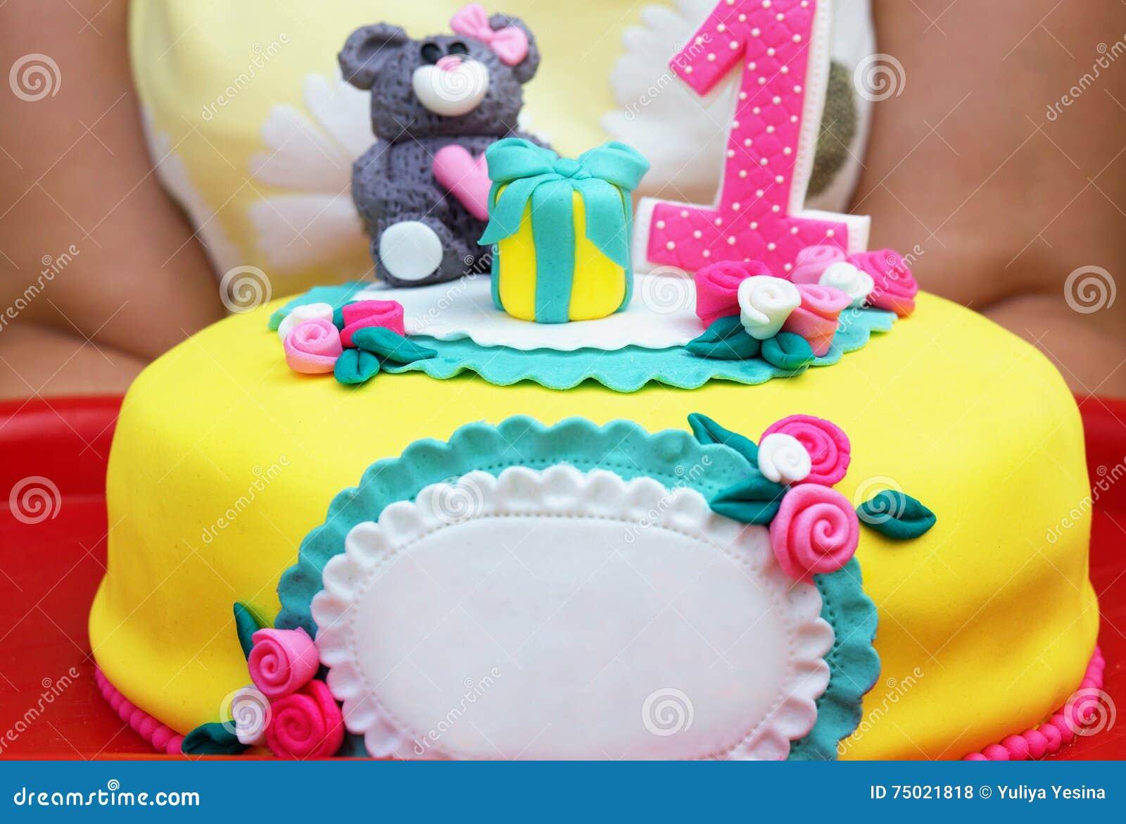 Torta Amarilla Grande Con El Número Uno Y La Decoración Foto