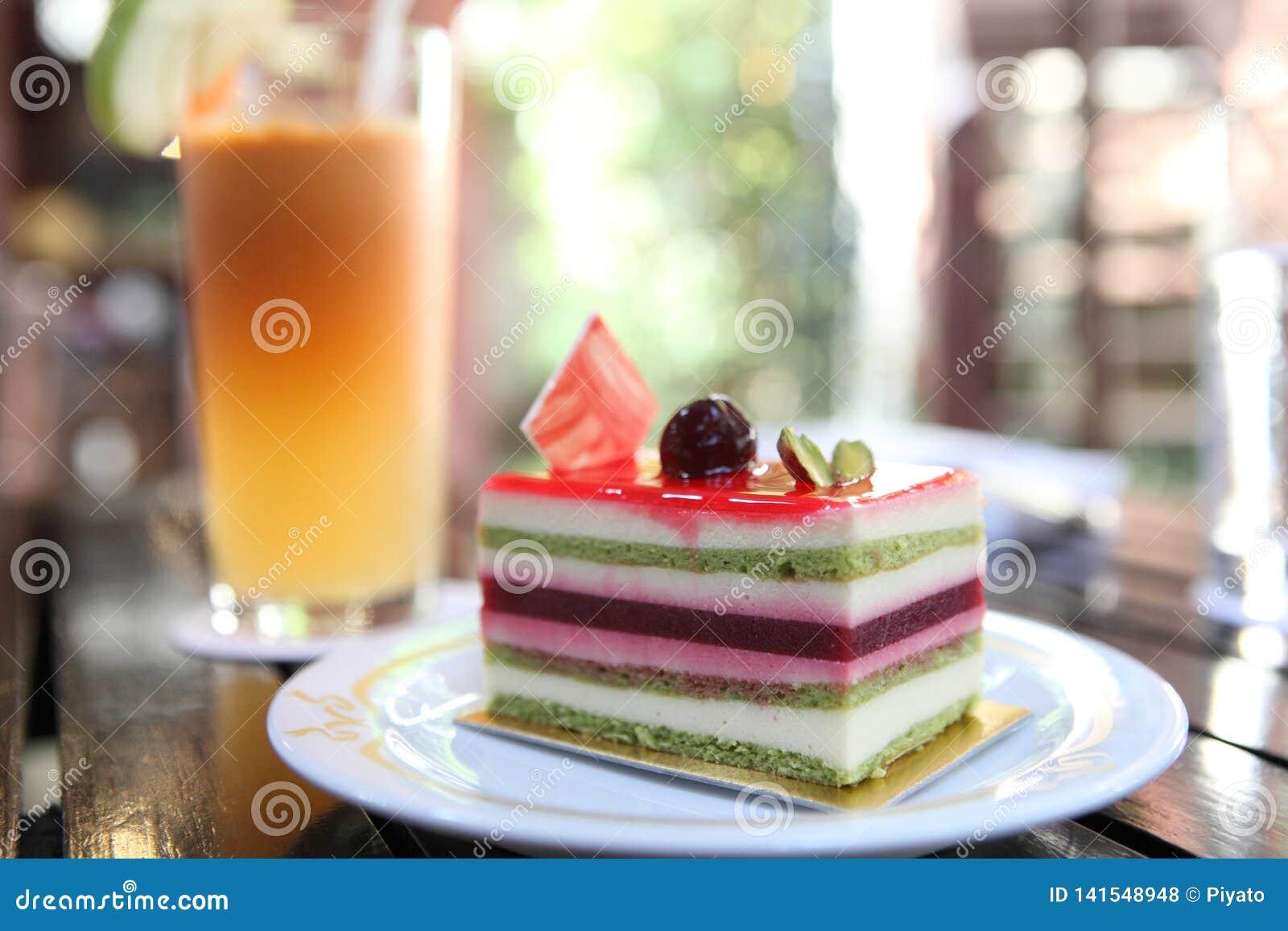 Torta colorida de la fruta