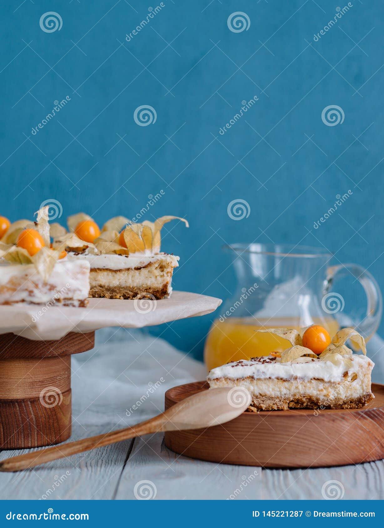 Torta con las bayas en un soporte de madera en vida inmóvil