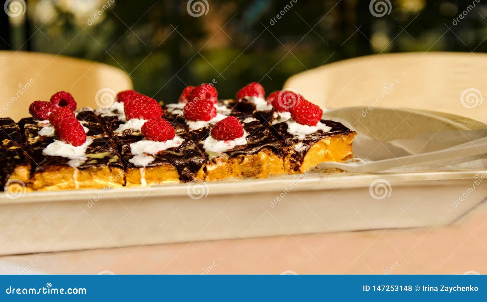 Torta con las frambuesas y el chocolate frescos Empanada hecha en casa gastr?noma de la tarta de frambuesa