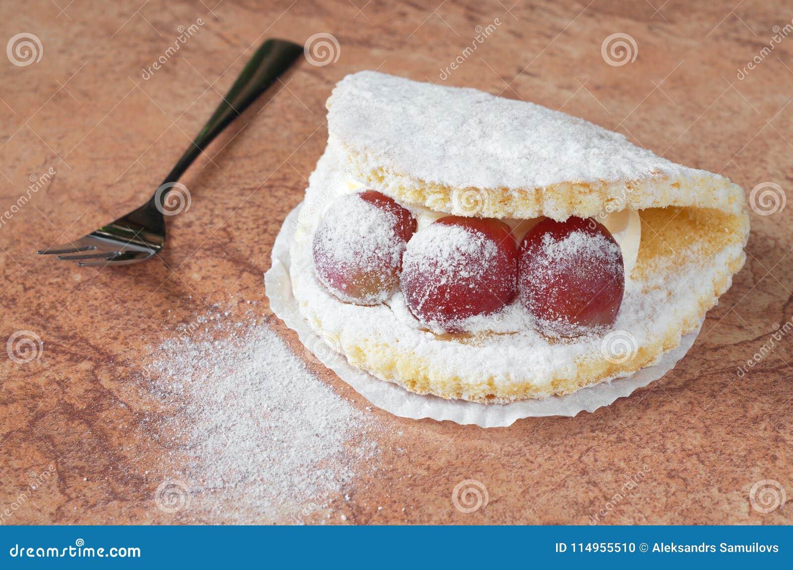 Torta con las uvas y la crema