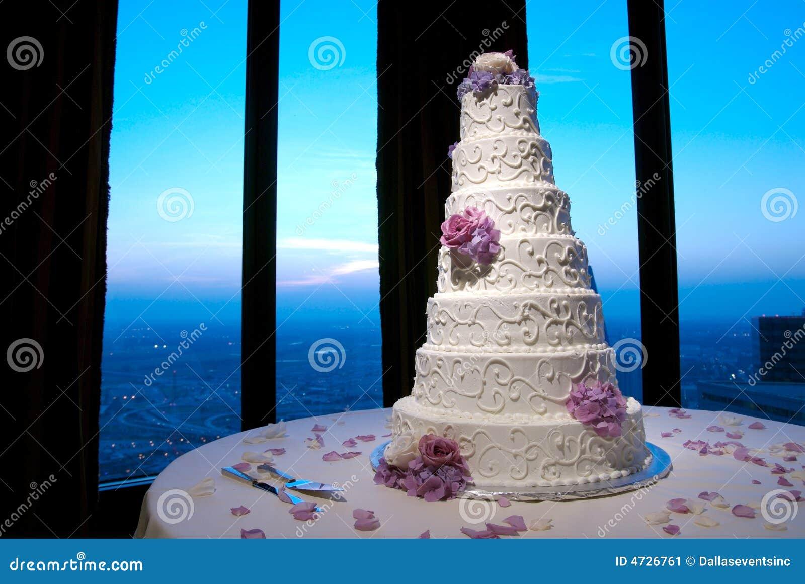 Torta de boda hermosa en una recepción nupcial