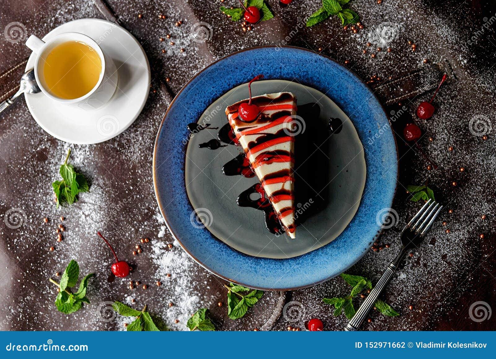 Torta de chocolate en azúcar en polvo
