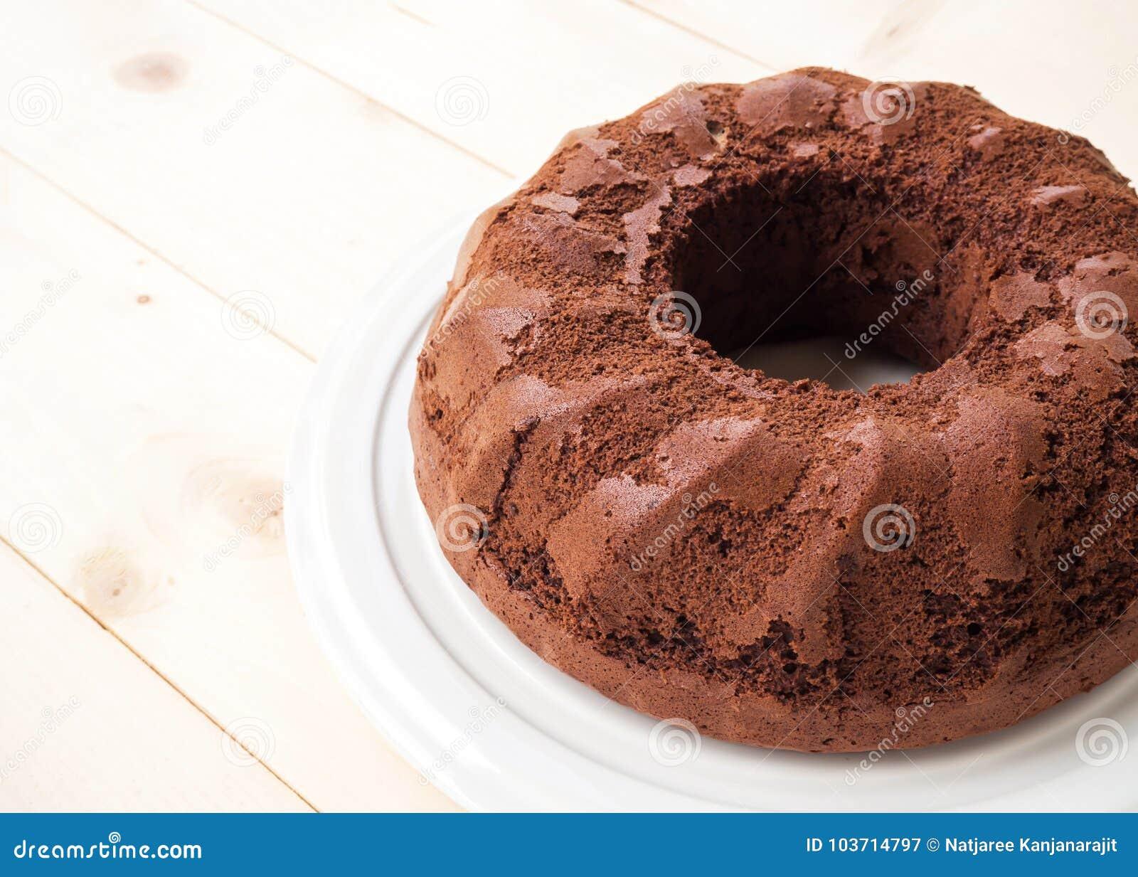 Torta de chocolate en la placa blanca Sobre el vector de madera