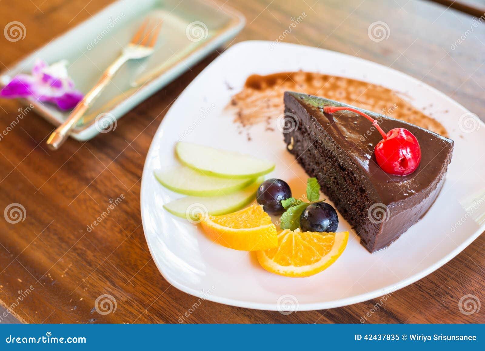 Torta de chocolate oscura con el sistema de la fruta