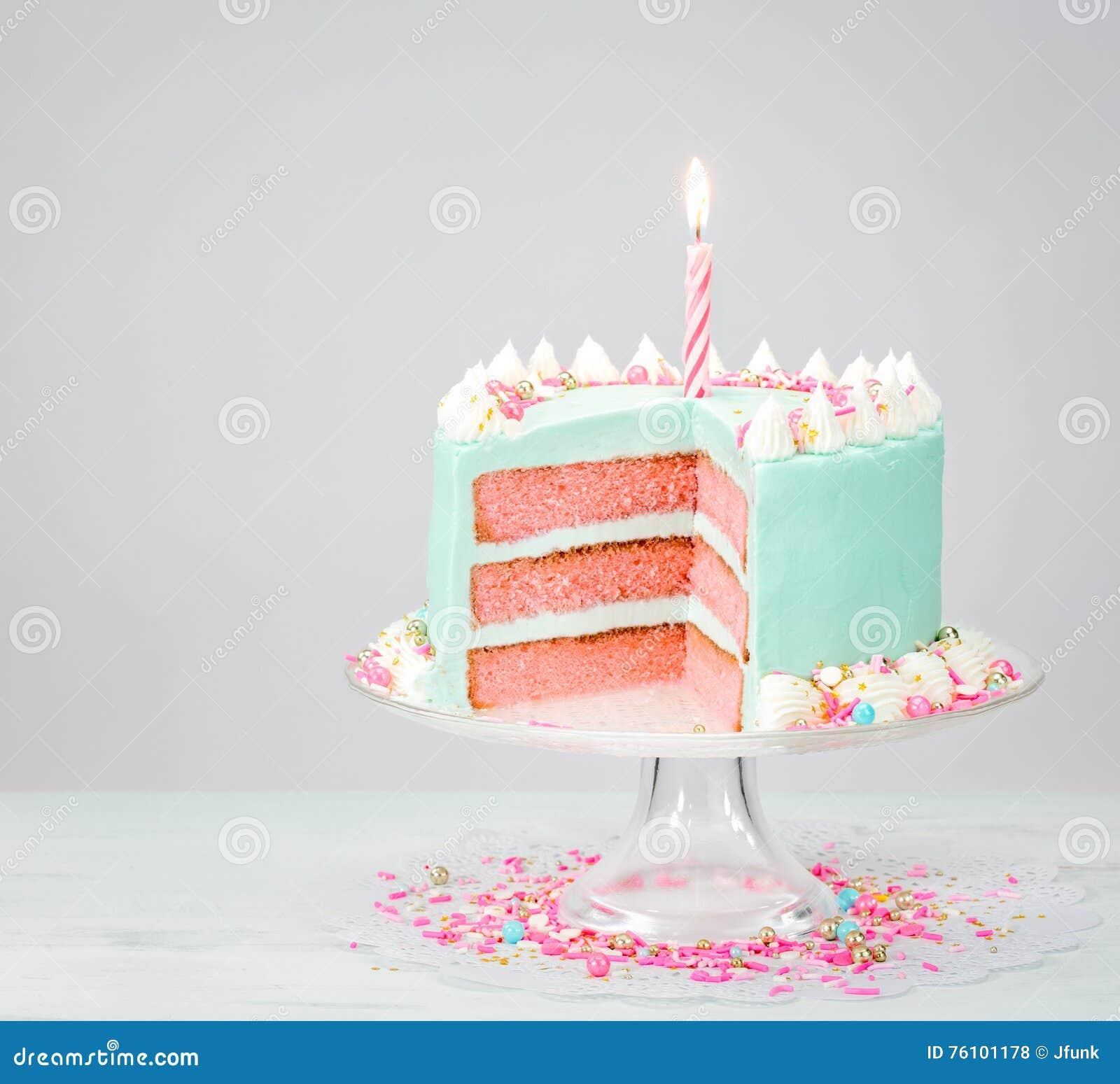 Torta de cumpleaños azul con capas rosadas