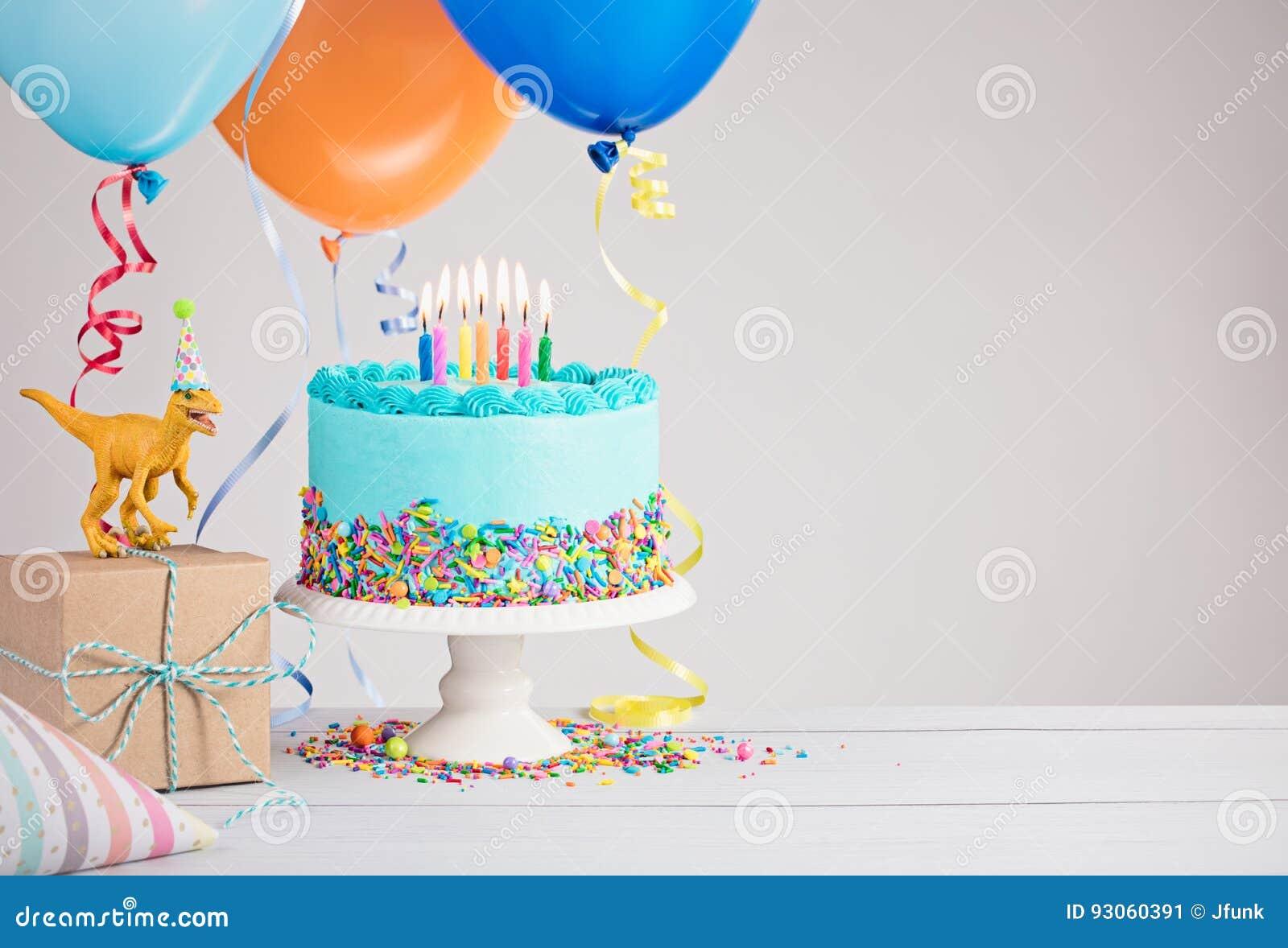 Torta de cumpleaños azul con los globos