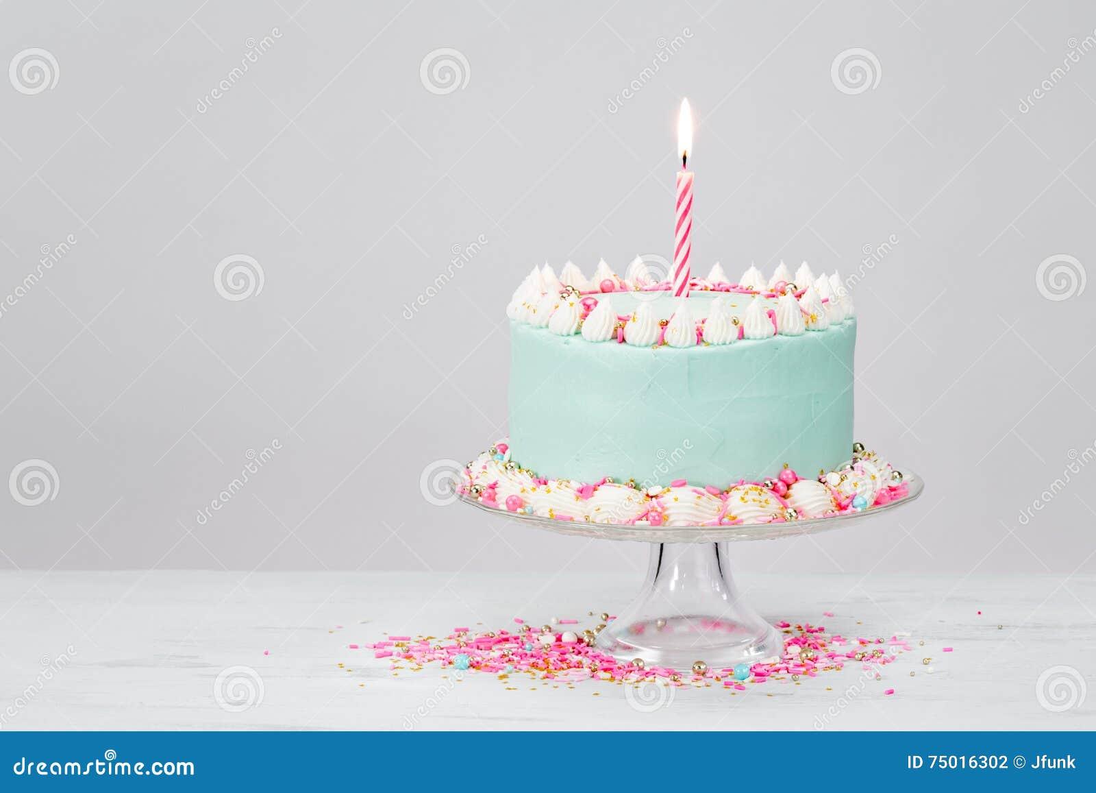 Torta de cumpleaños azul en colores pastel sobre el fondo blanco
