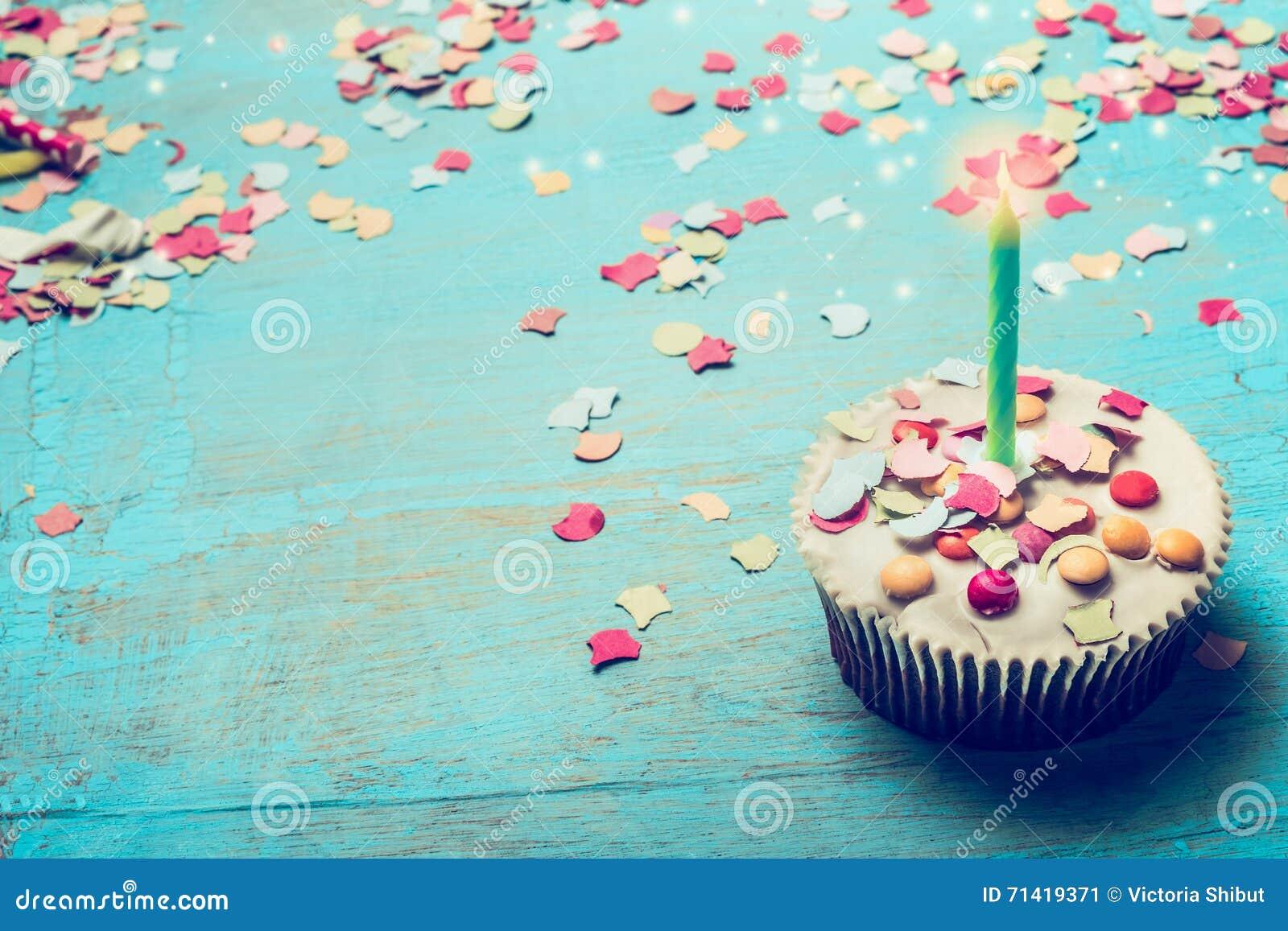 Torta De Cumpleaños Con La Vela Y Confeti En Fondo De