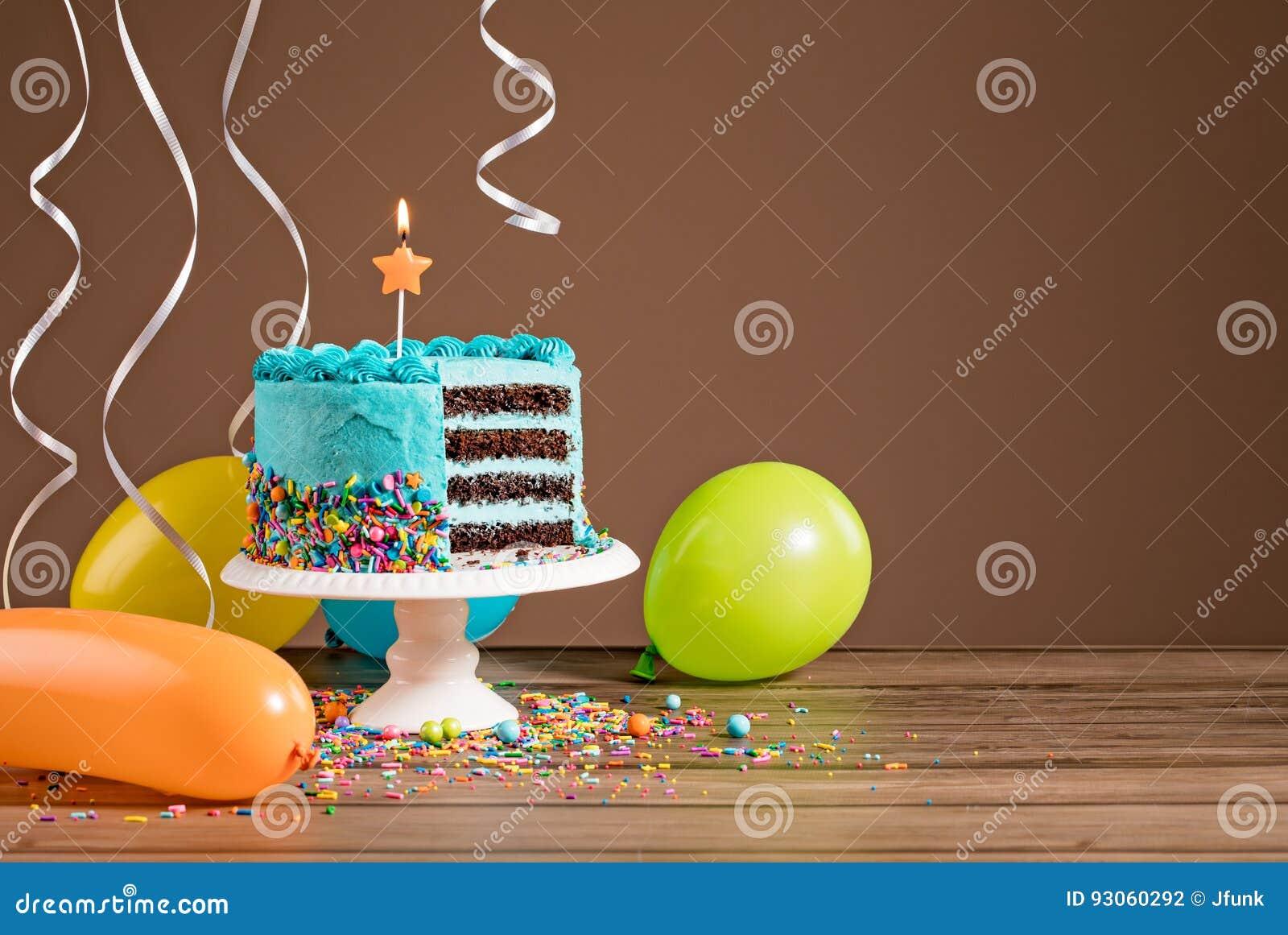 Torta de cumpleaños con los globos