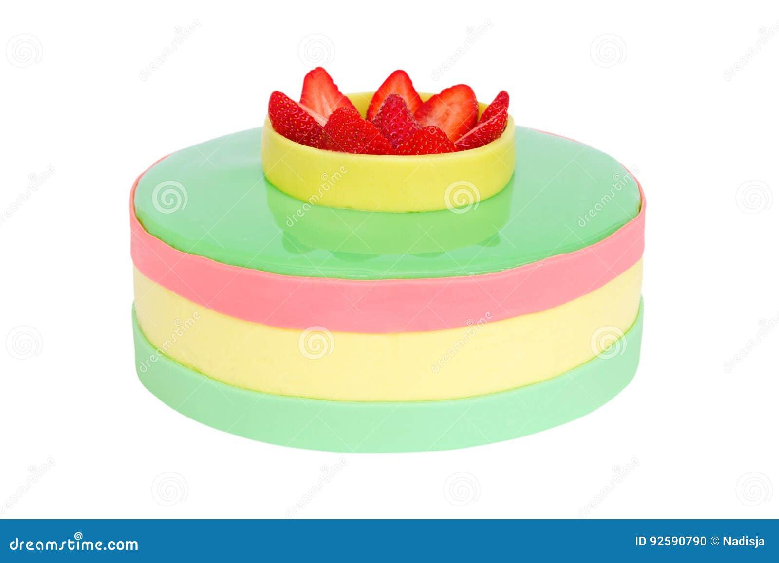 Torta de cumpleaños del color en colores pastel con la fresa aislada