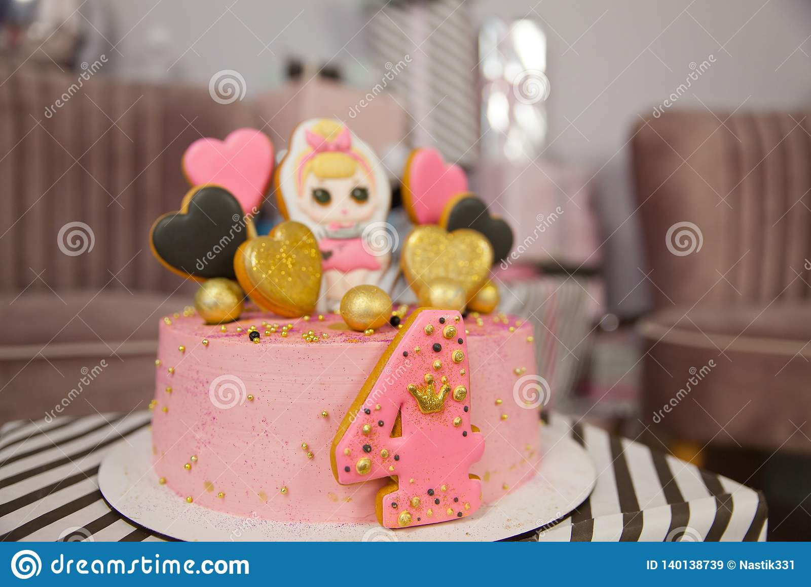 Torta de cumpleaños durante 4 años adornada con los corazones del pan de jengibre con la formación de hielo y el número cuatro