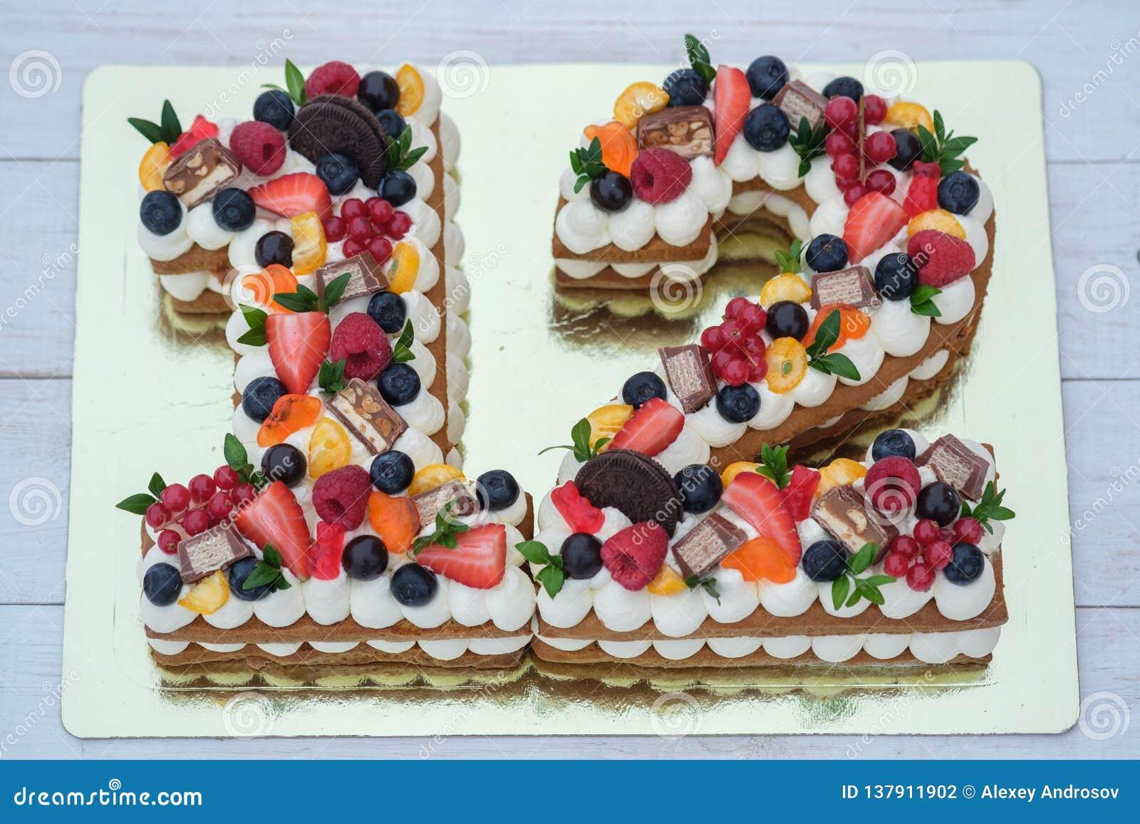 Torta de cumpleaños hermosa en la forma del número doce