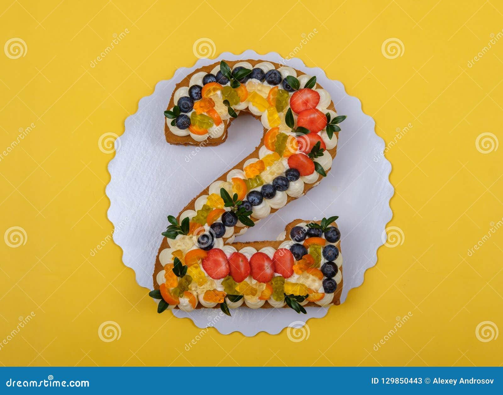 Torta de cumpleaños hermosa en la forma de dos figuras