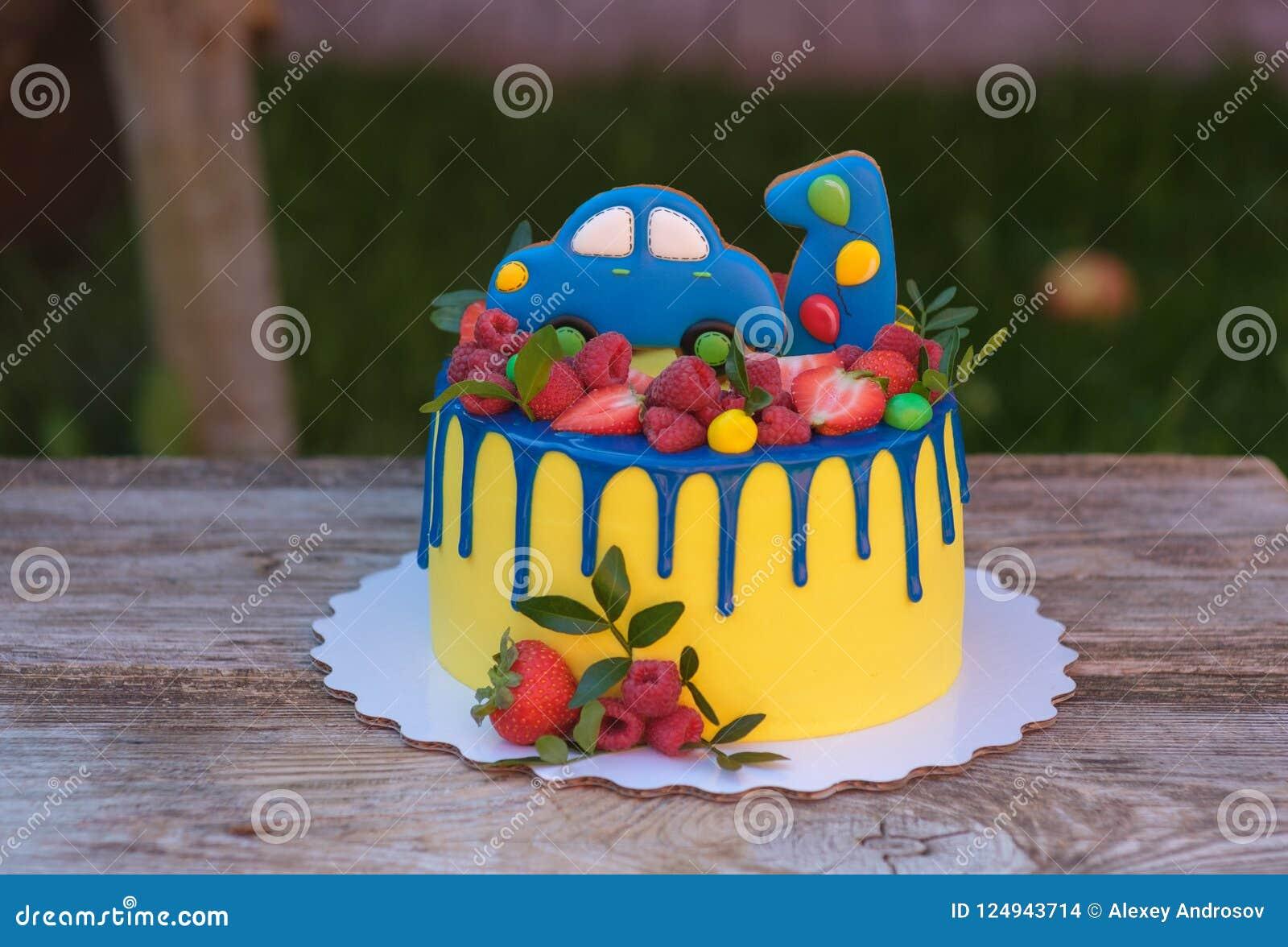 Torta de cumpleaños hermosa para un niño con un número uno y un coche