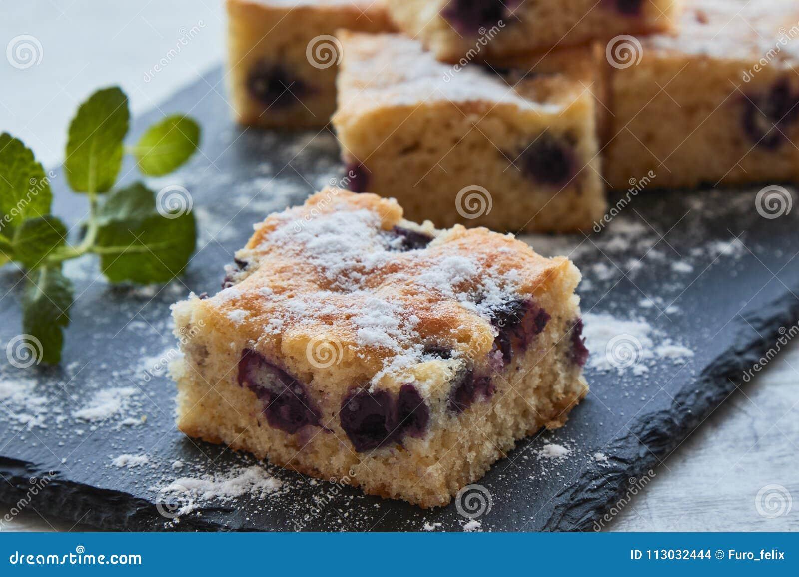 Torta de esponja de la fruta de la cereza