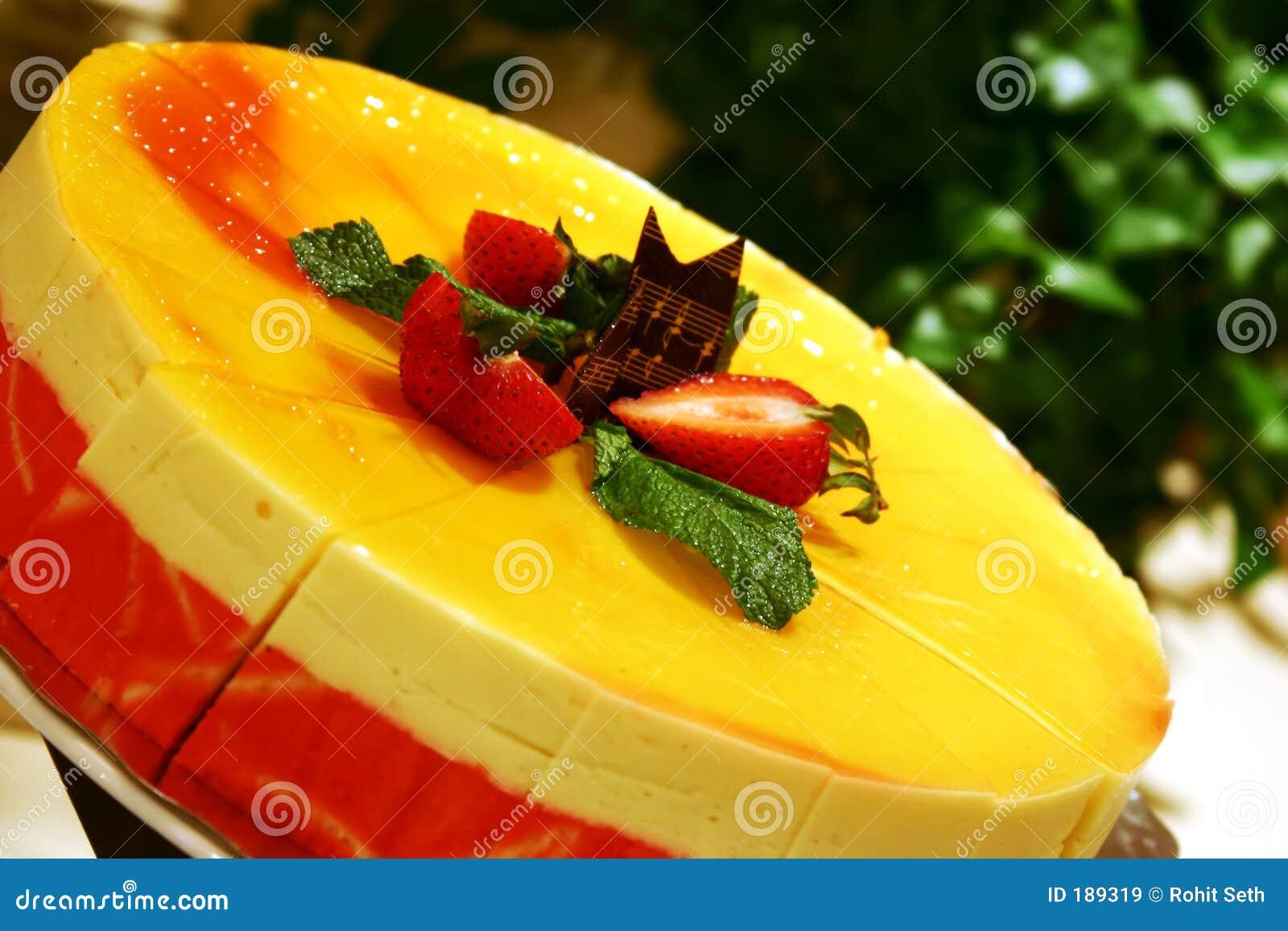 Torta de la crema batida del mango