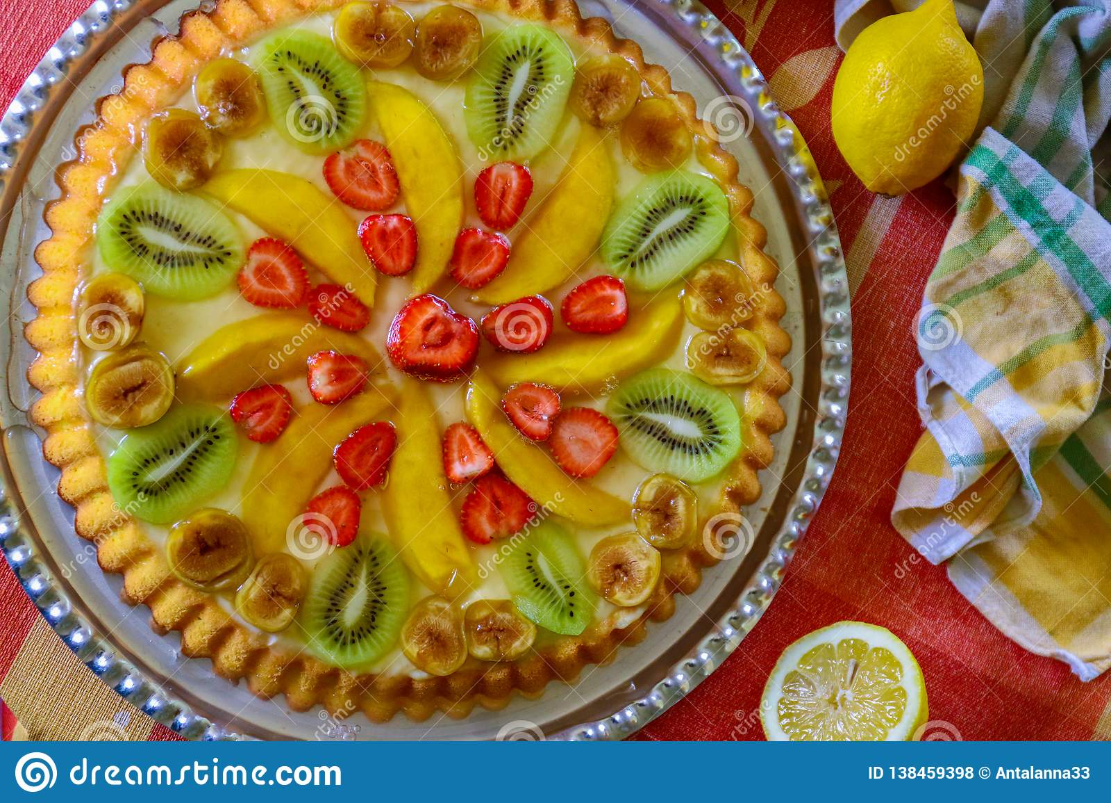 Torta de la fruta con la fresa, el kiwi, el mango y la gelatina