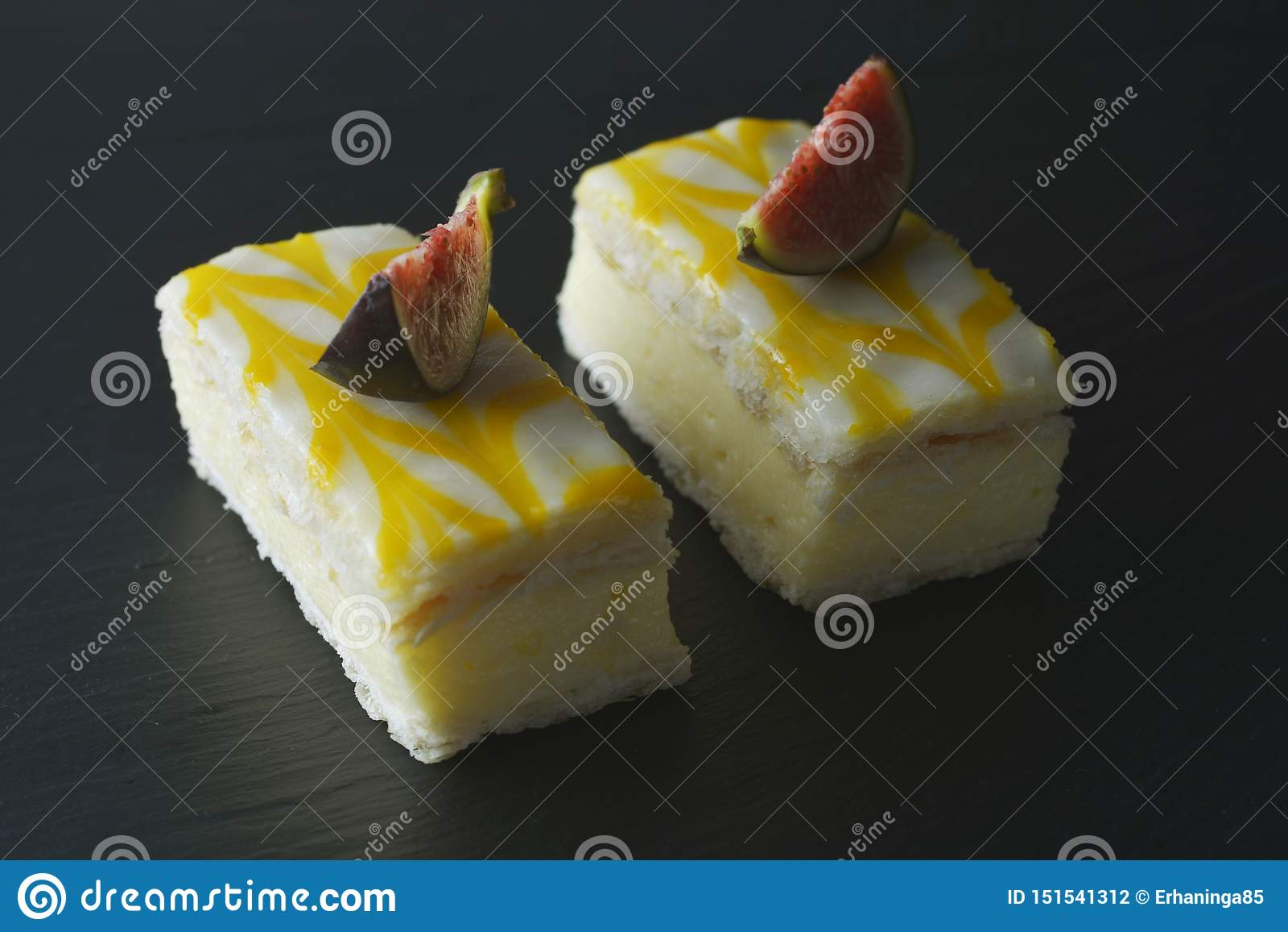 Torta de la llovizna del limón, postre de la torta de la corteza del limón sobre fondo negro