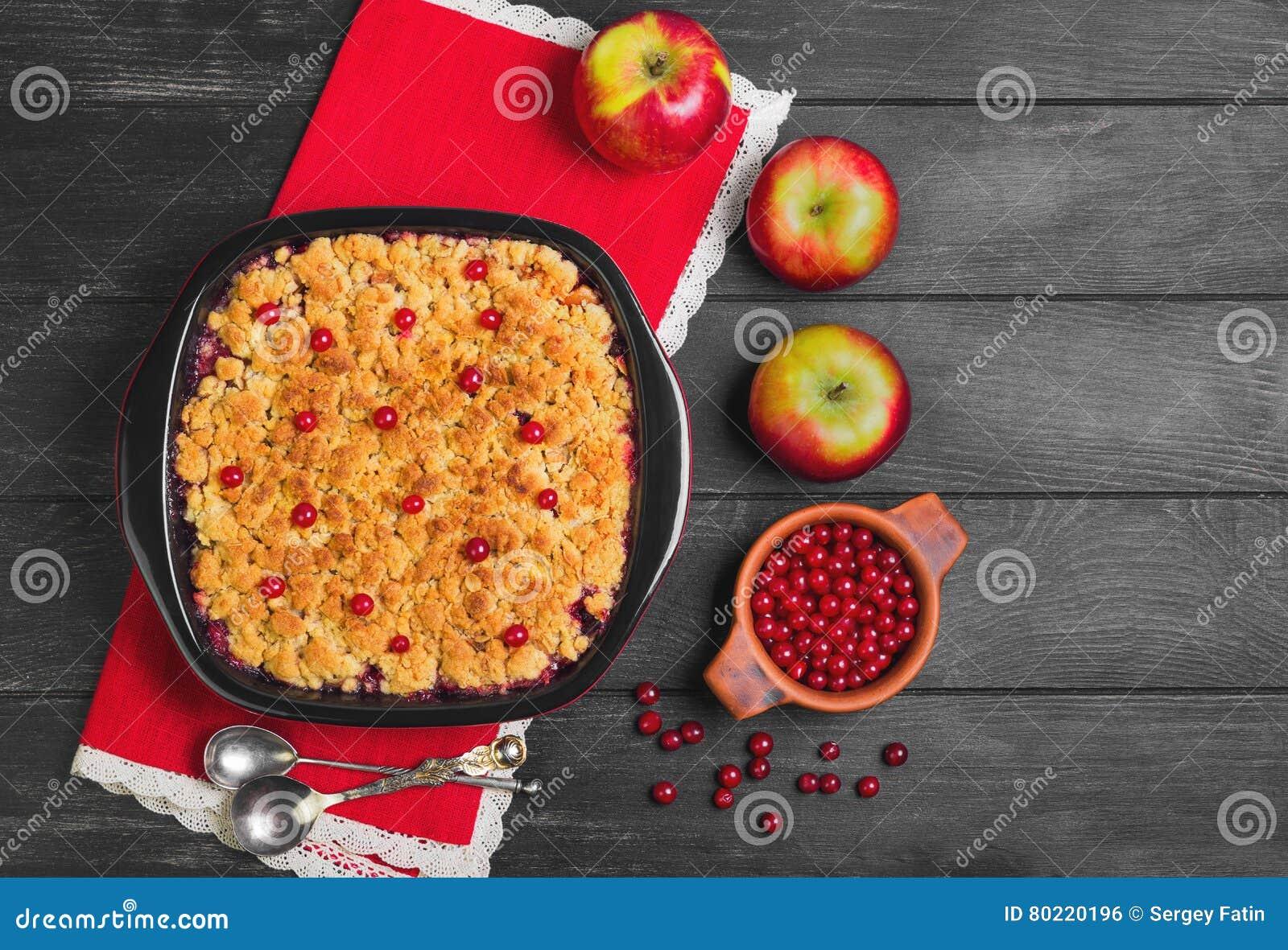 Torta de la migaja del postre con las manzanas y las bayas del rojo