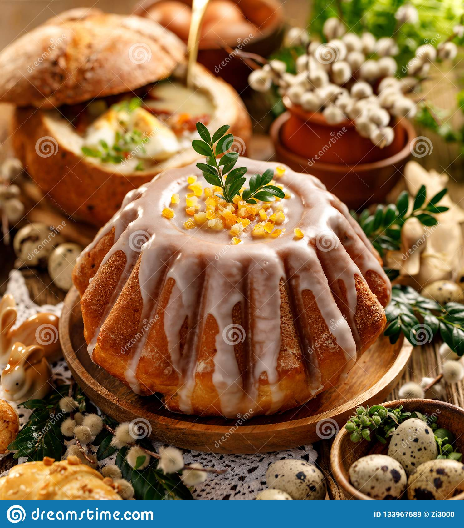 Torta de levadura de Pascua con la formación de hielo y la cáscara de naranja escarchada, postre delicioso de Pascua