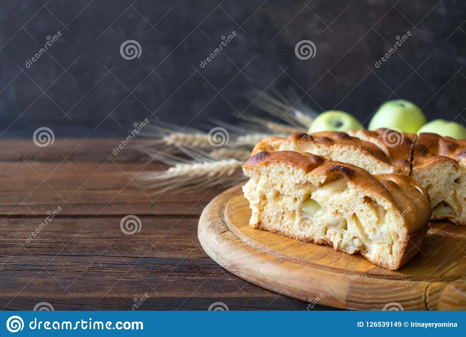 Torta de maçã casa-feita redonda, sapateiro, Betty marrom, Apple Charlotte