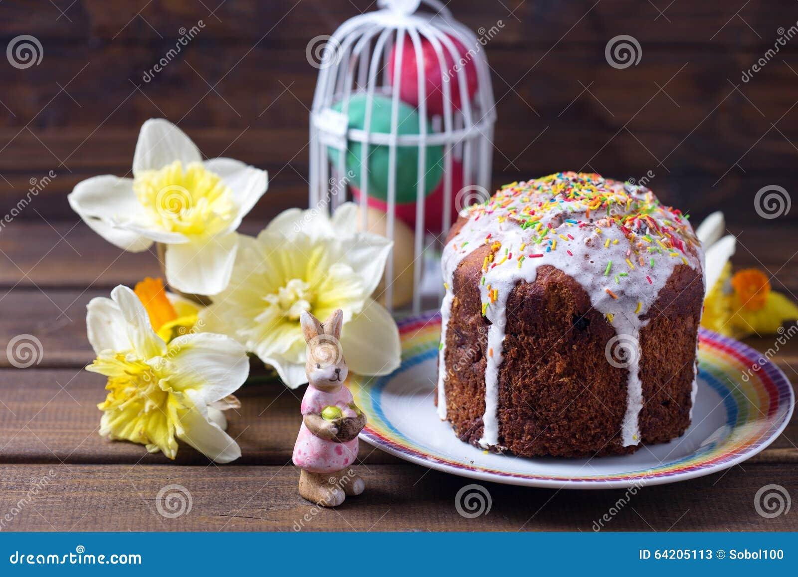 Torta de Pascua, flores y decoraciones coloridas de Pascua