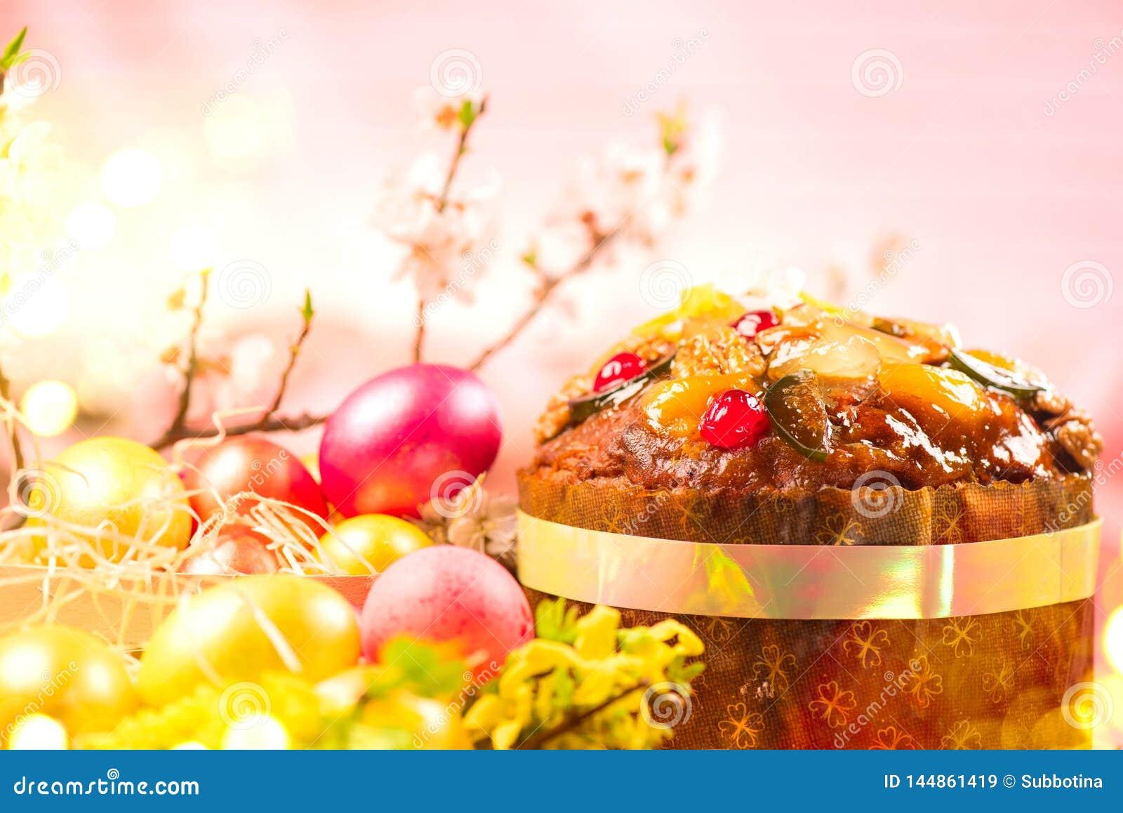 Torta de Pascua y huevos pintados coloridos Dise?o tradicional de la frontera de la comida del d?a de fiesta de Pascua aislado en