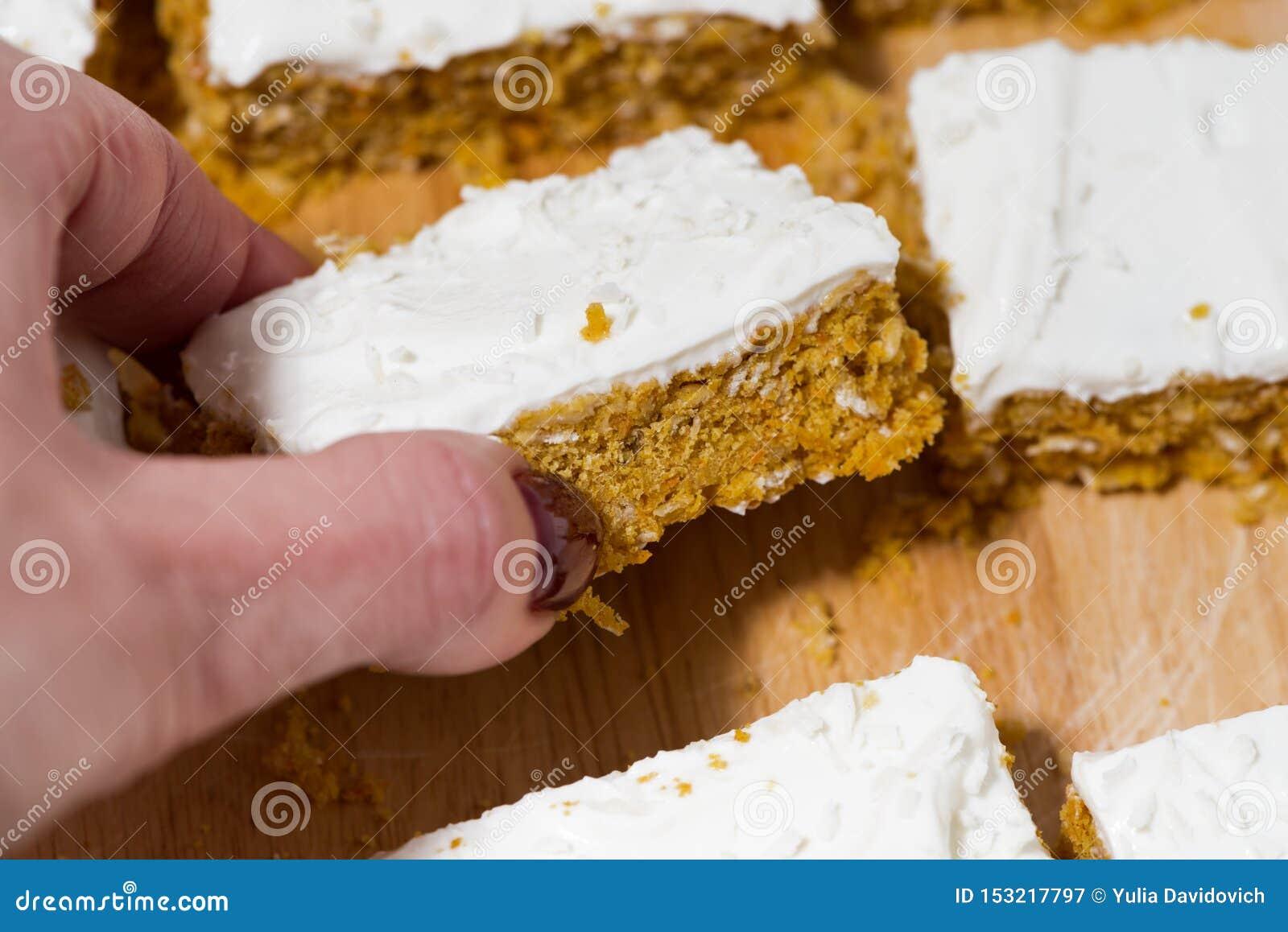 Torta de zanahoria con la formación de hielo, primer