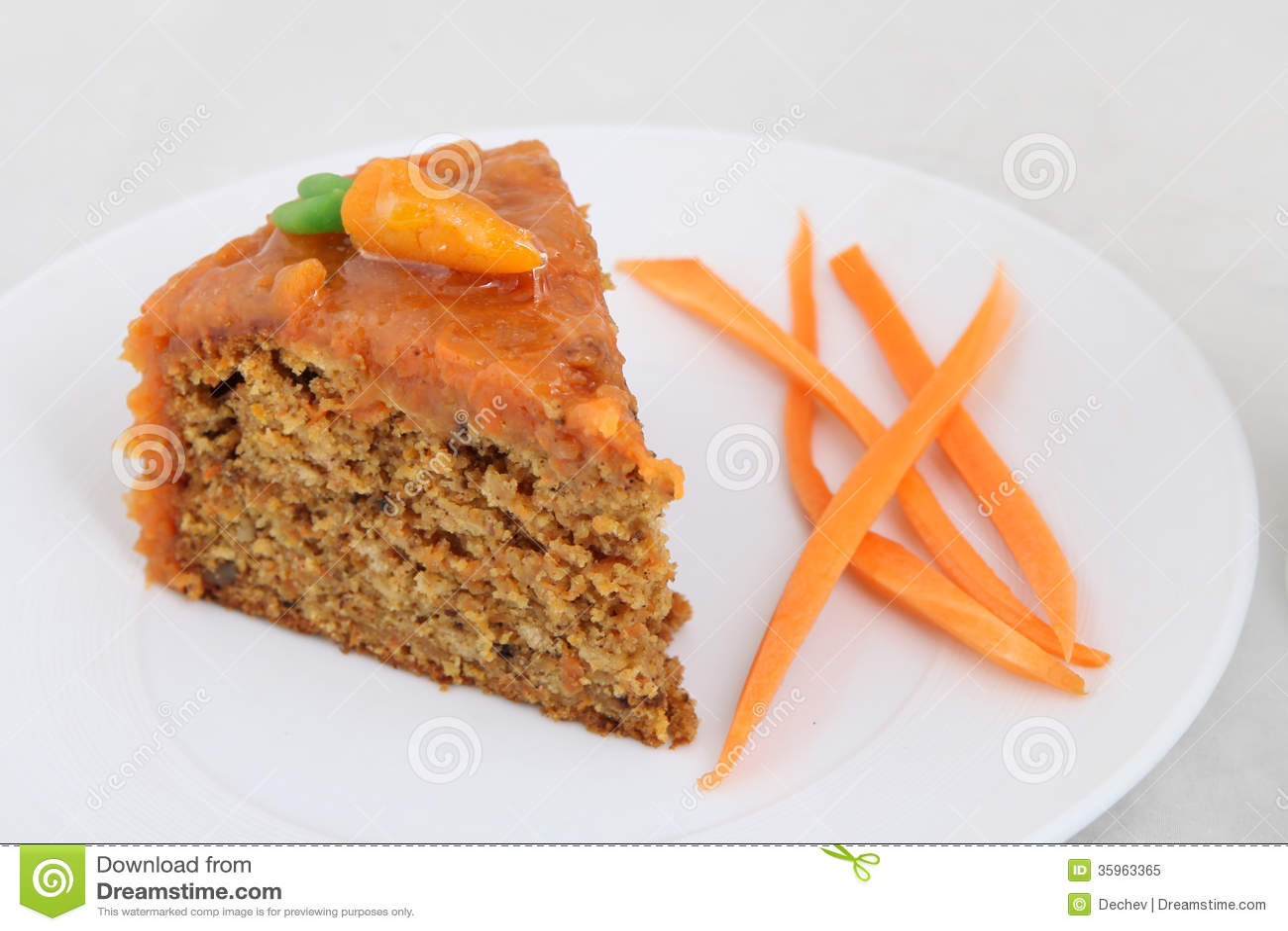Torta de zanahoria en la placa blanca
