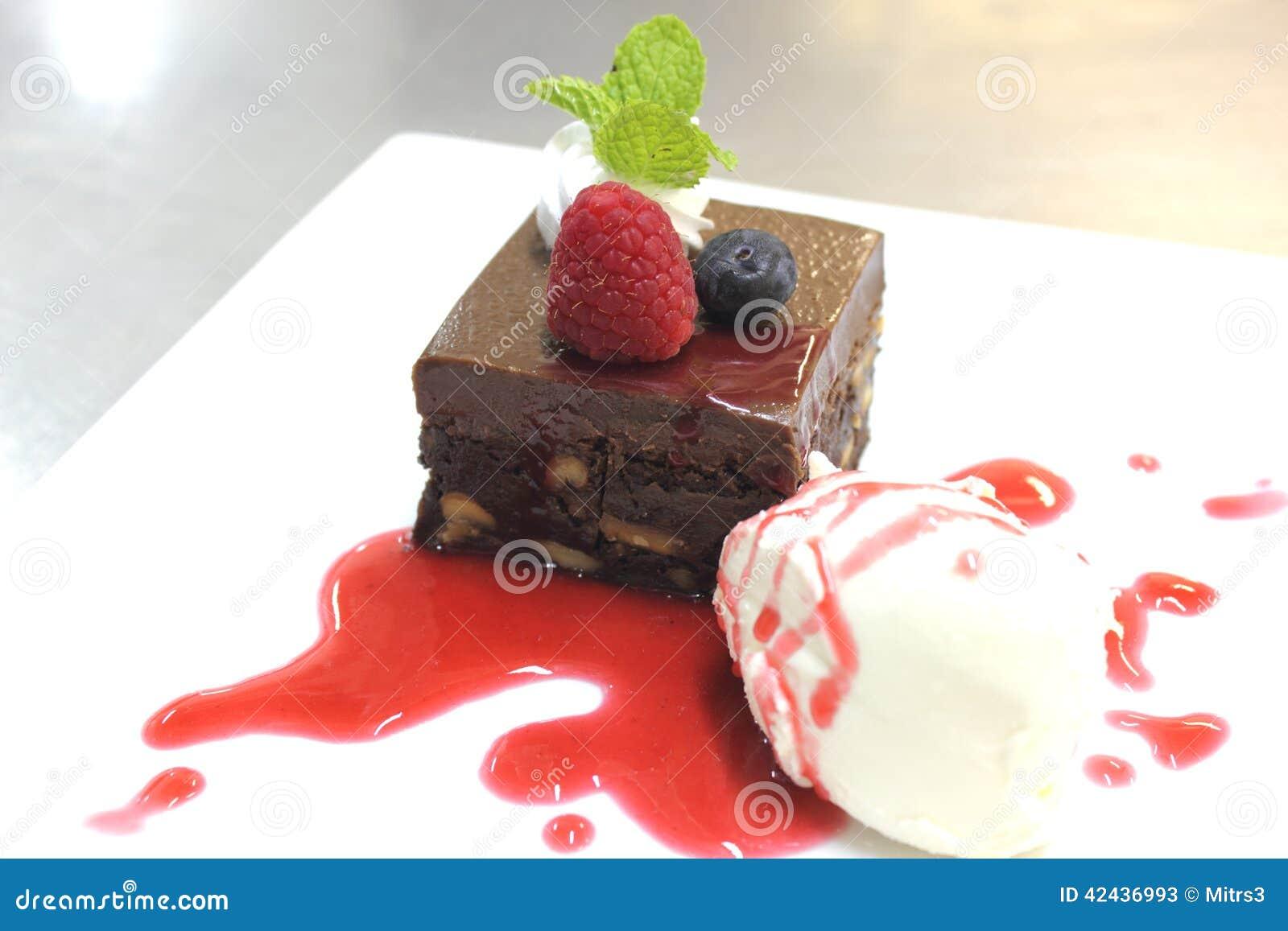 Torta del brownie con la salsa de la frambuesa