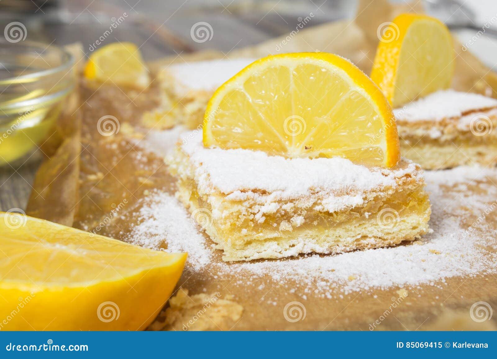 Torta Del Limone Con La Polvere Dello Zucchero E La Decorazione Del