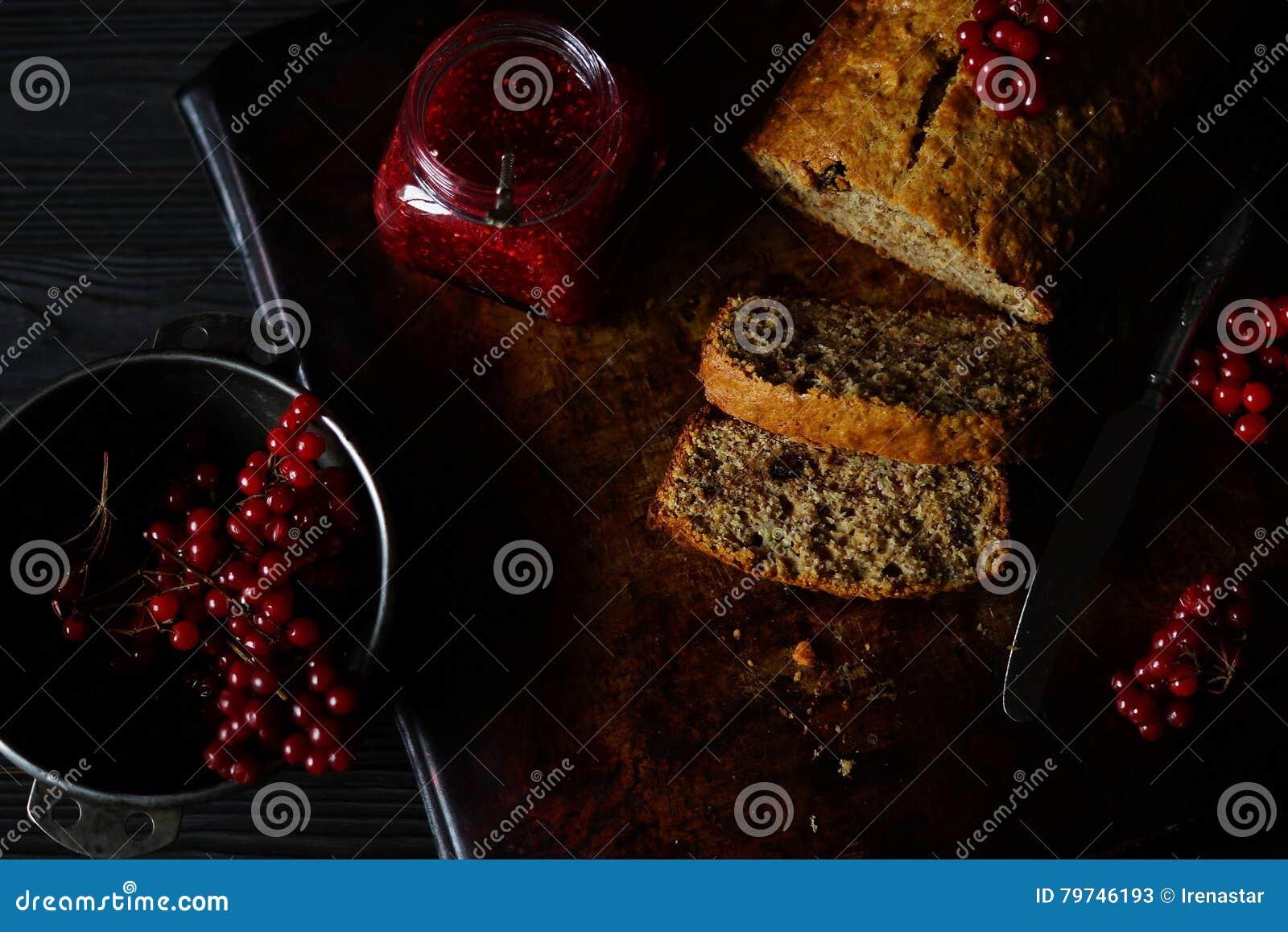 Torta del pan de plátano con el atasco de frambuesa