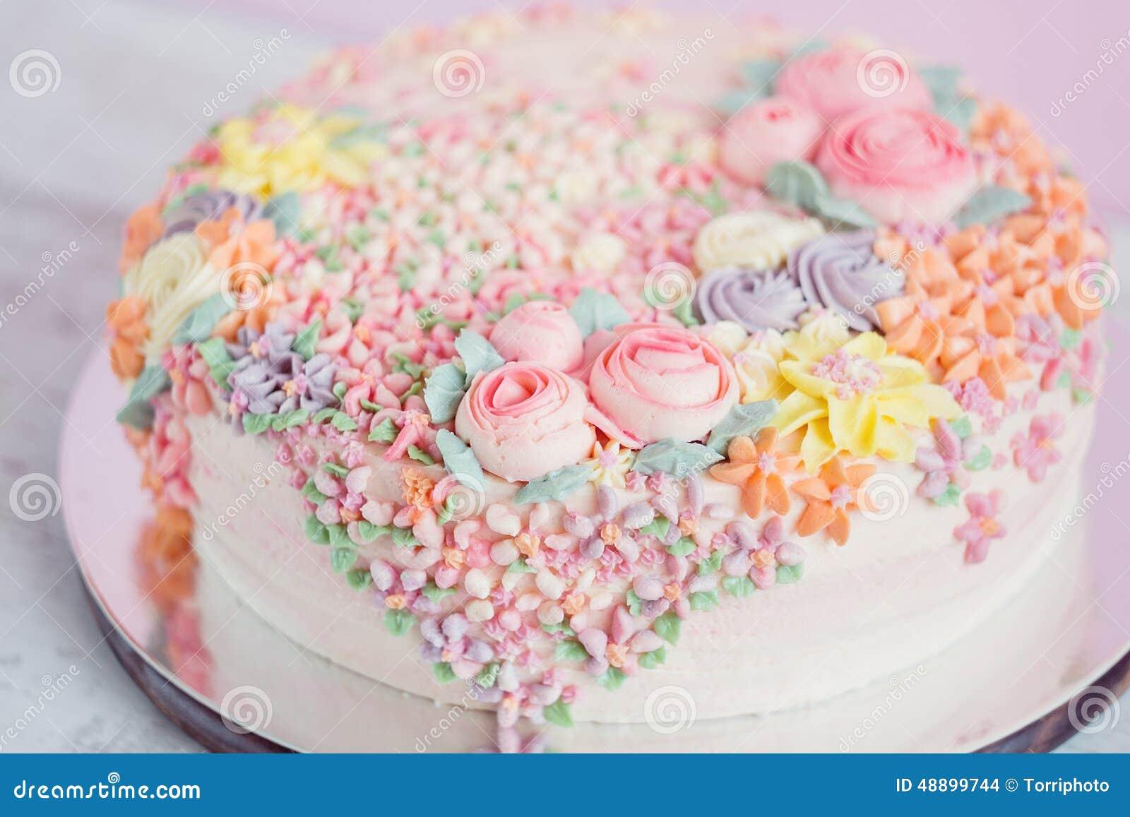 Torta Del Rosa En Colores Pastel Adornada Con Las Flores