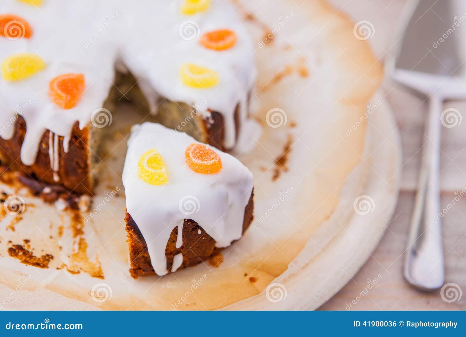 Torta deliciosa de la llovizna del limón con las semillas de amapola y la formación de hielo blanca