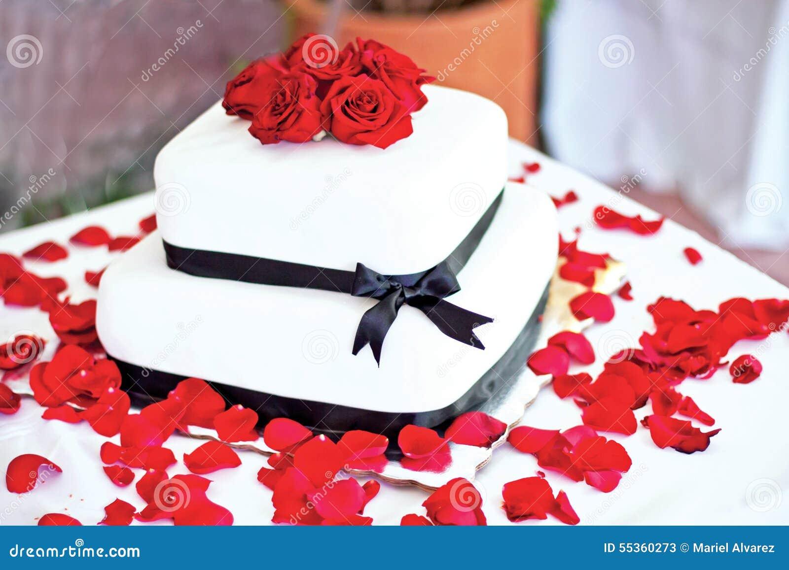 Torta di cerimonia nuziale con le rose rosse