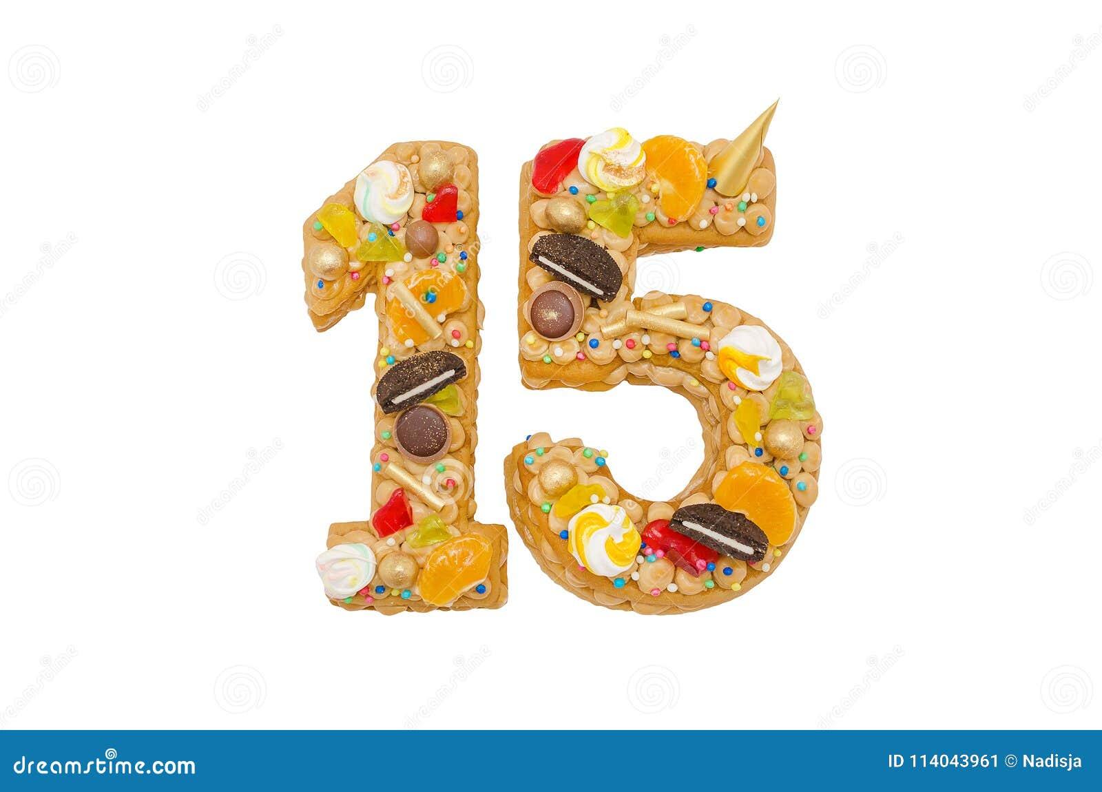 Torta di compleanno 15 con differenti caramelle isolate su bianco