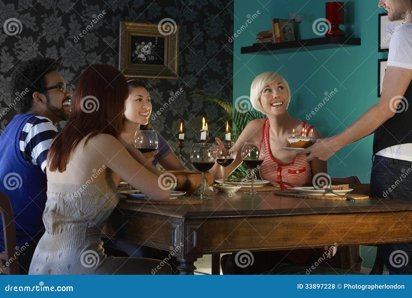 Tavolo Compleanno Uomo : Torta di compleanno del servizio dell uomo agli amici al tavolo da