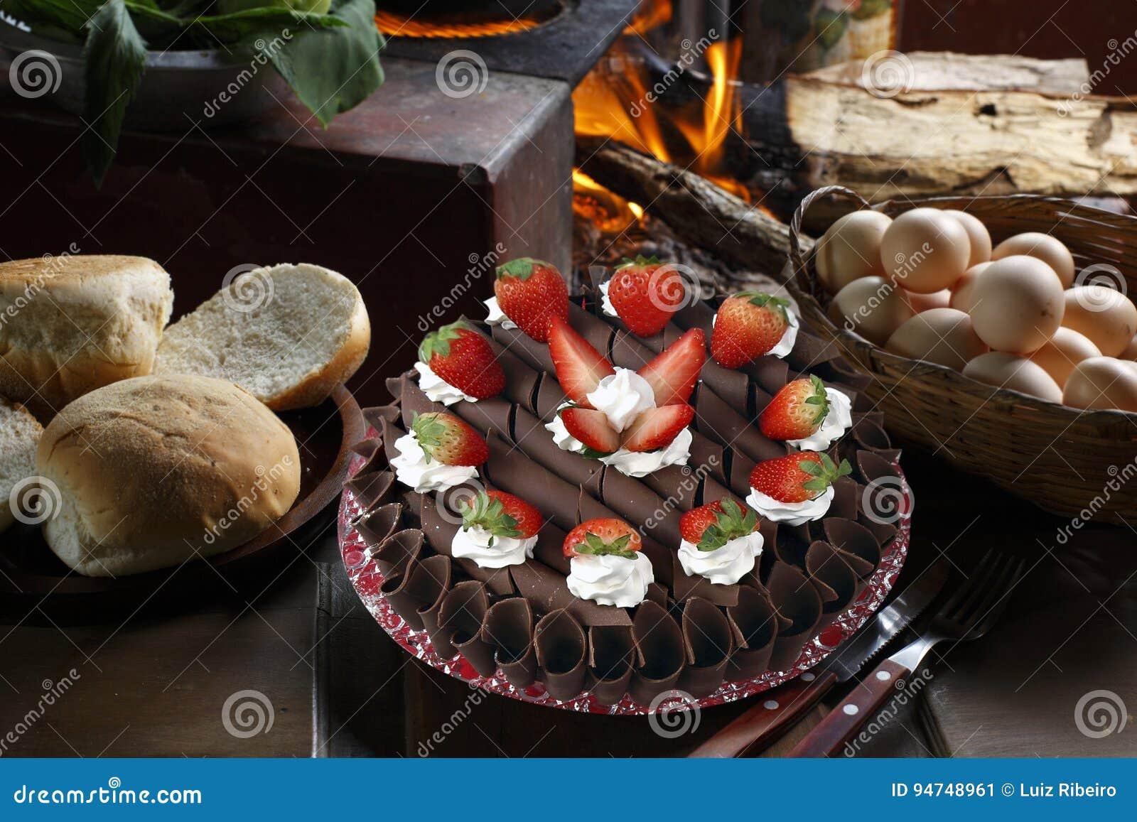 Torta Di Compleanno Della Fragola Con Panna Montata Immagine Stock