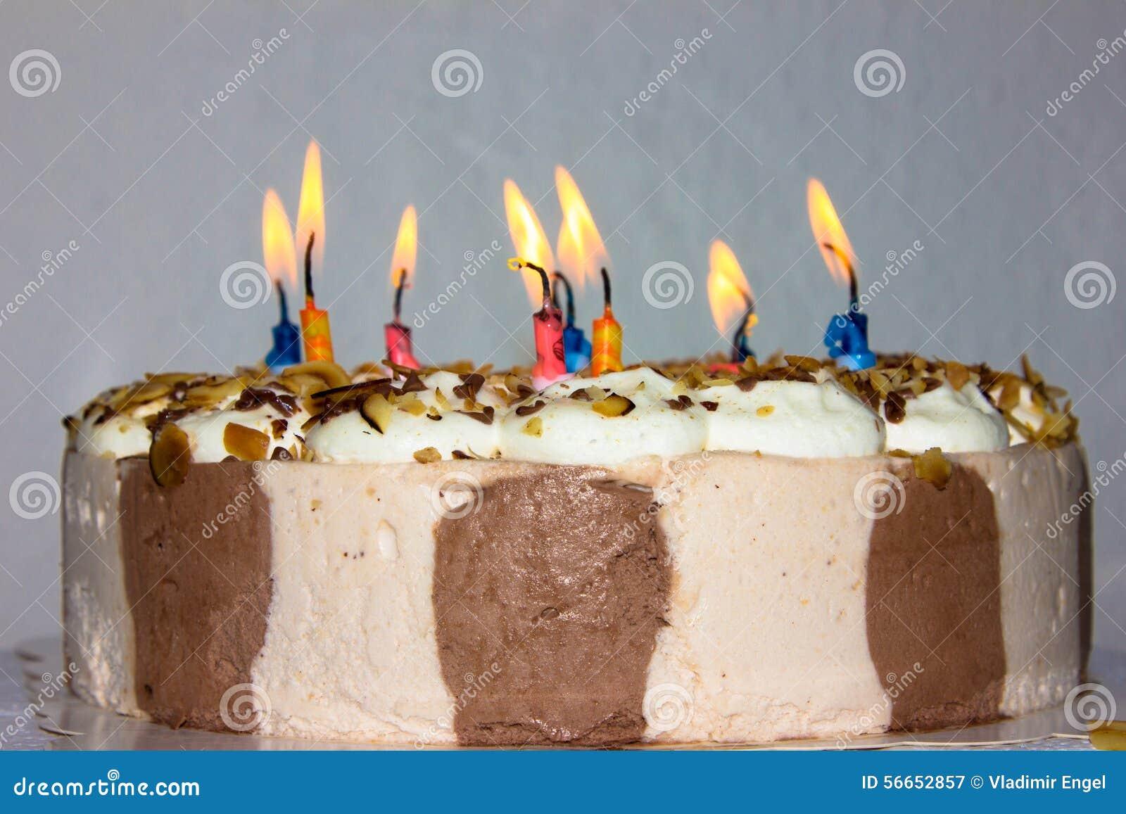Torta di compleanno esamina in controluce il prodotto della panificazione di buon compleanno